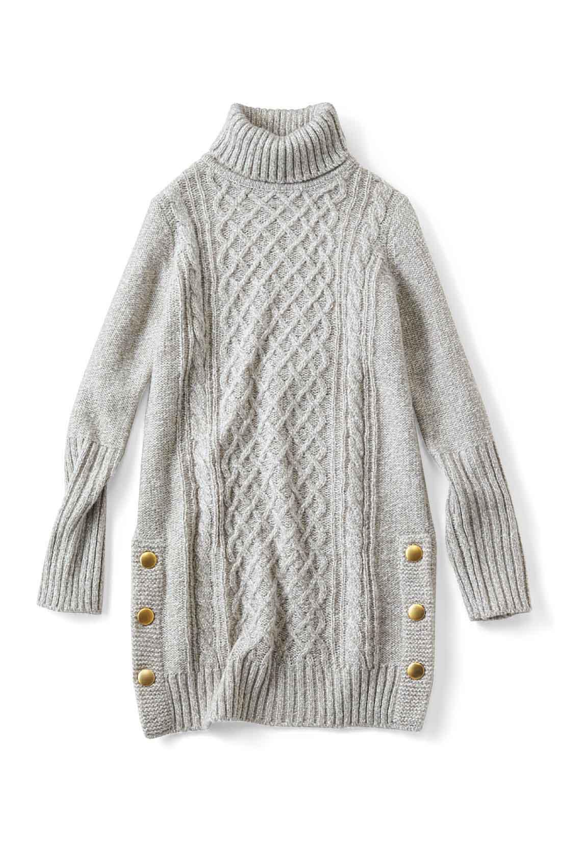 しっかりボリュームのあるタートルネックで小顔見せ効果もあり!バックはプレーンな裏編みでスッキリ。