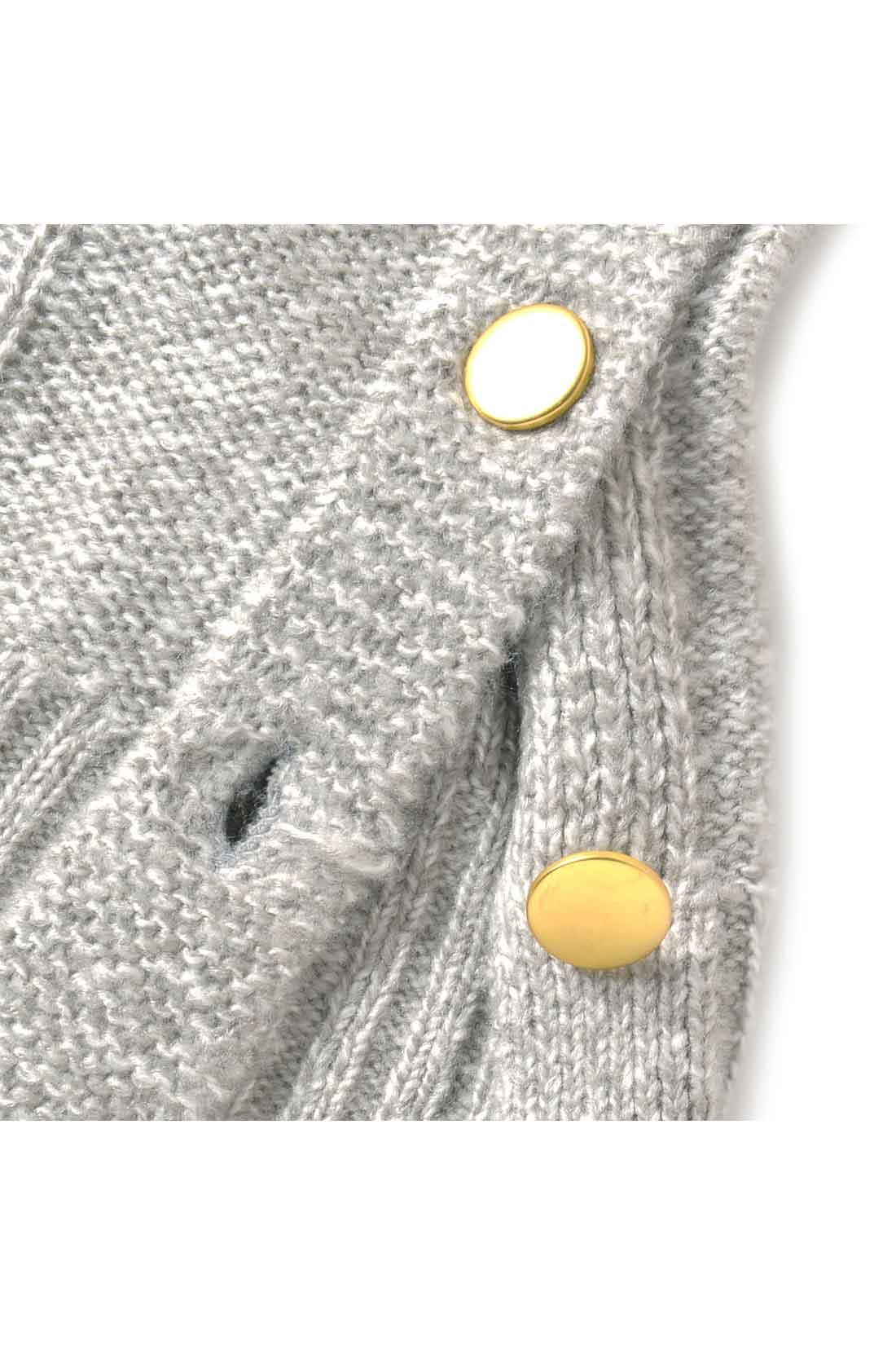 すそのゴールドボタンはマットな表情で大人っぽく。アクティブに動くときは開けてもOK!