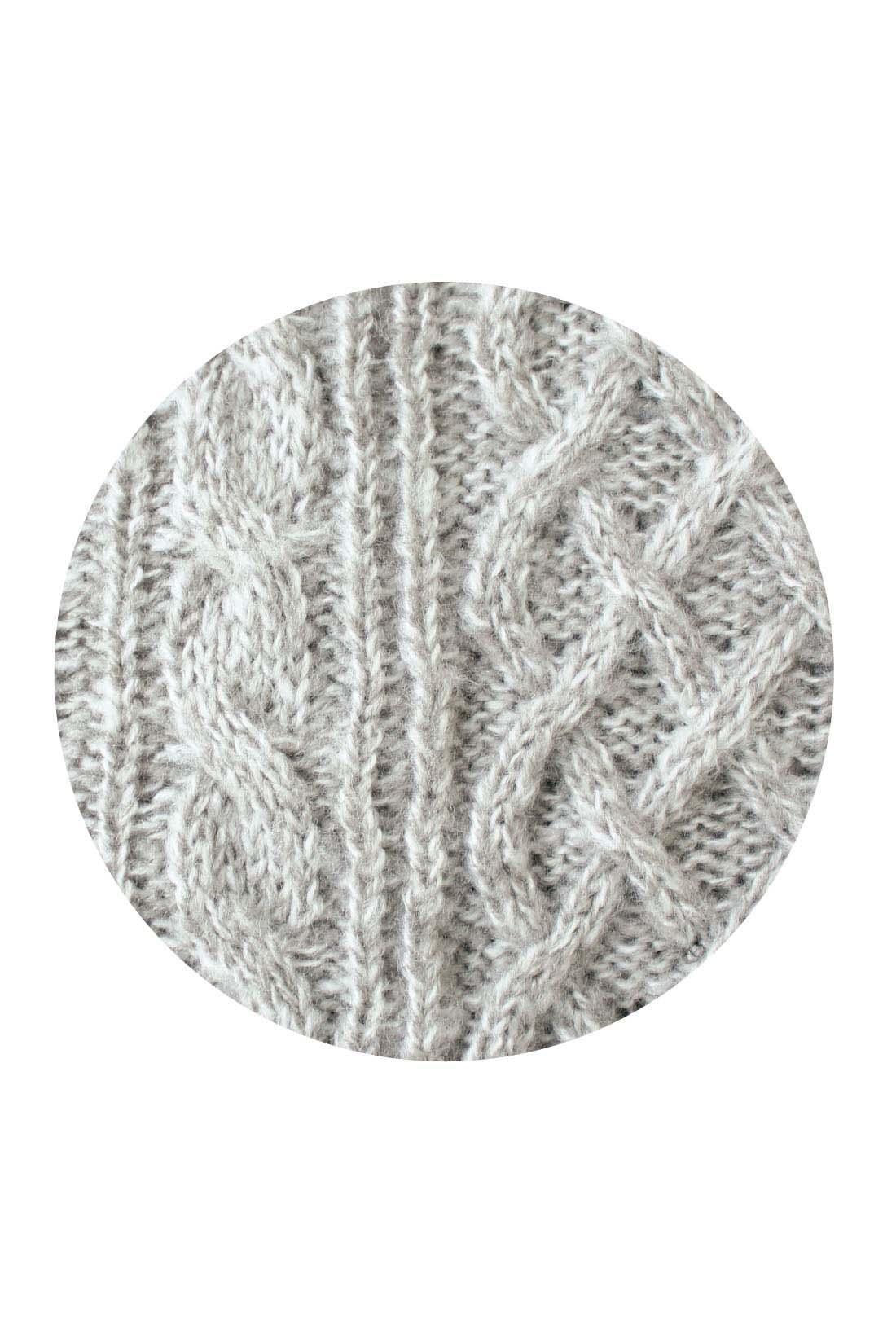 ざっくりニットはコーデしやすいベーシックカラーのミックス糸でニュアンスもたっぷり。