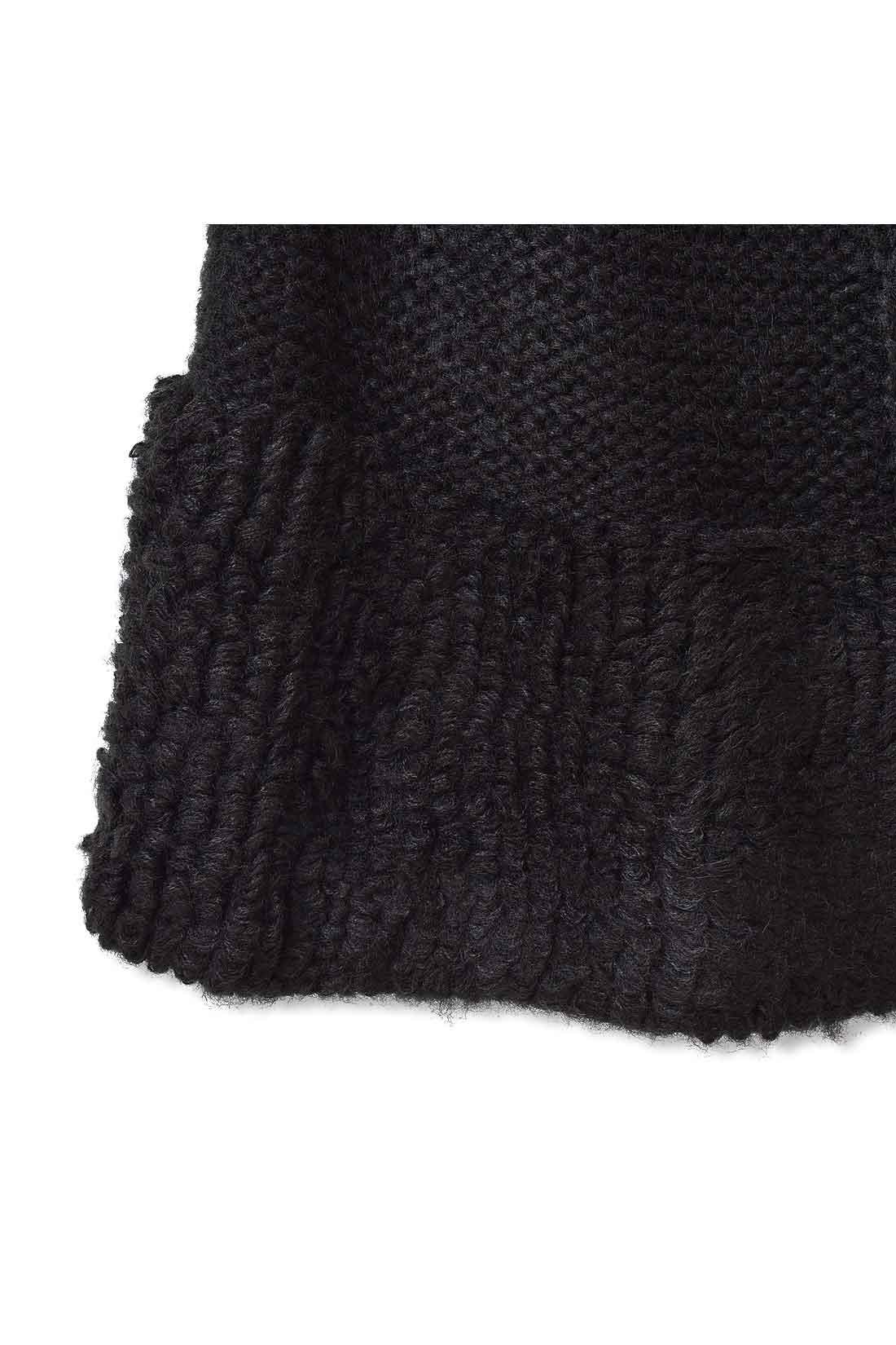すそと袖口はループ状の編み地でボリュームを。