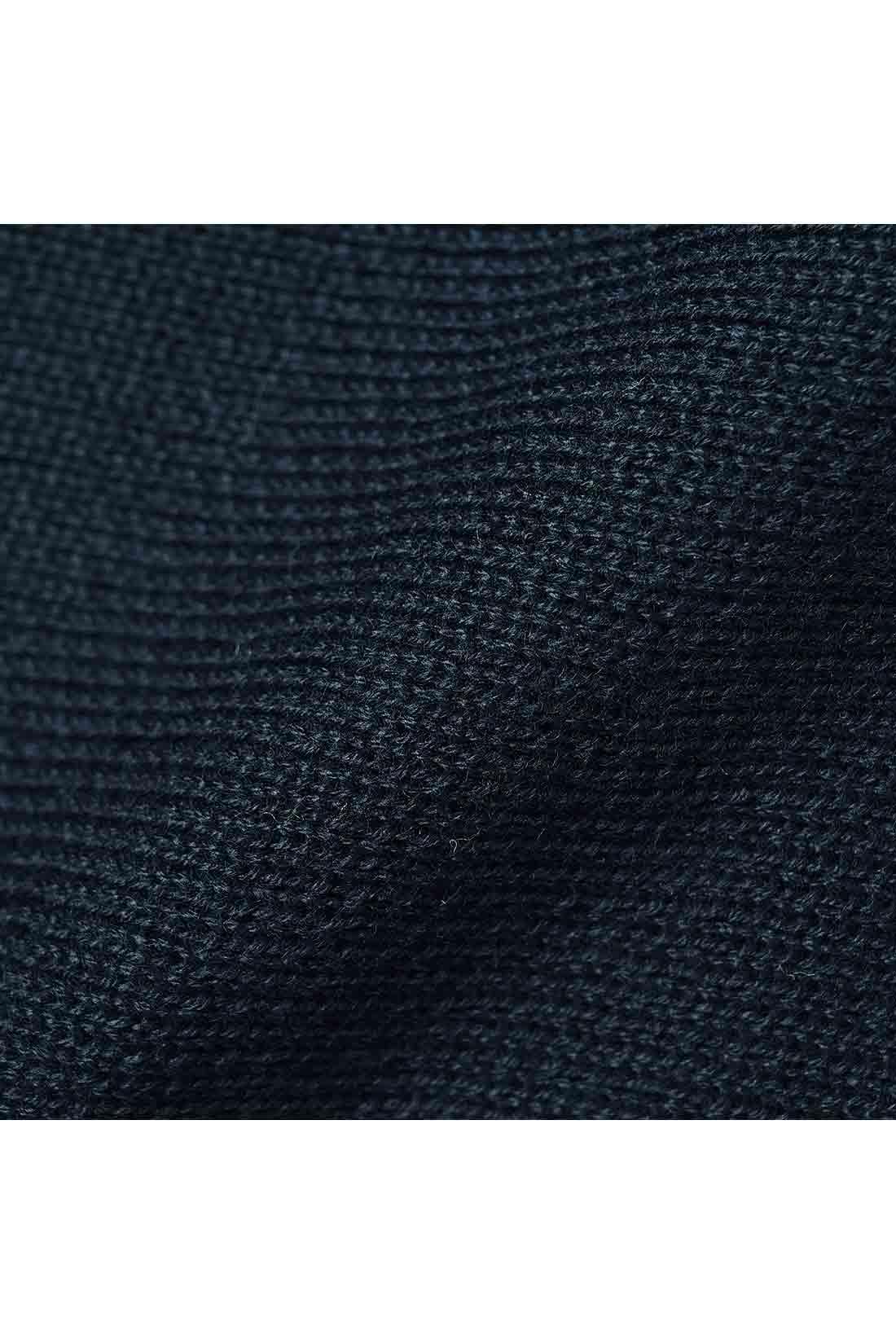 一枚でこなれて見える旬顔なダブルジャカード編み 綿タッチのアクリル糸でリュクスに編み立てた、上品なダブルジャカードのニット素材。肉厚なのでからだのラインを拾いにくく、しわも気になりにくいのでアイロンいらず。