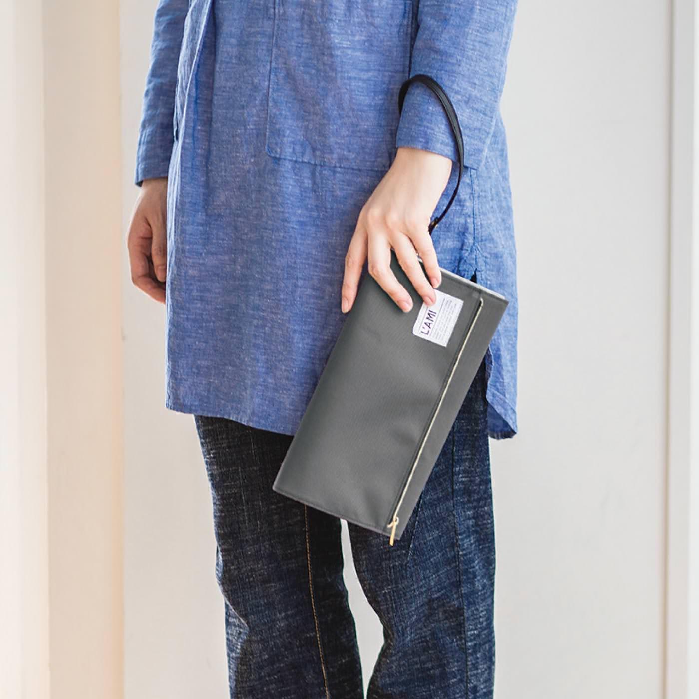 クラッチバッグのようなキレイめなデザイン。腕にしっかり引っ掛けられるストラップは取り外しも可能です。