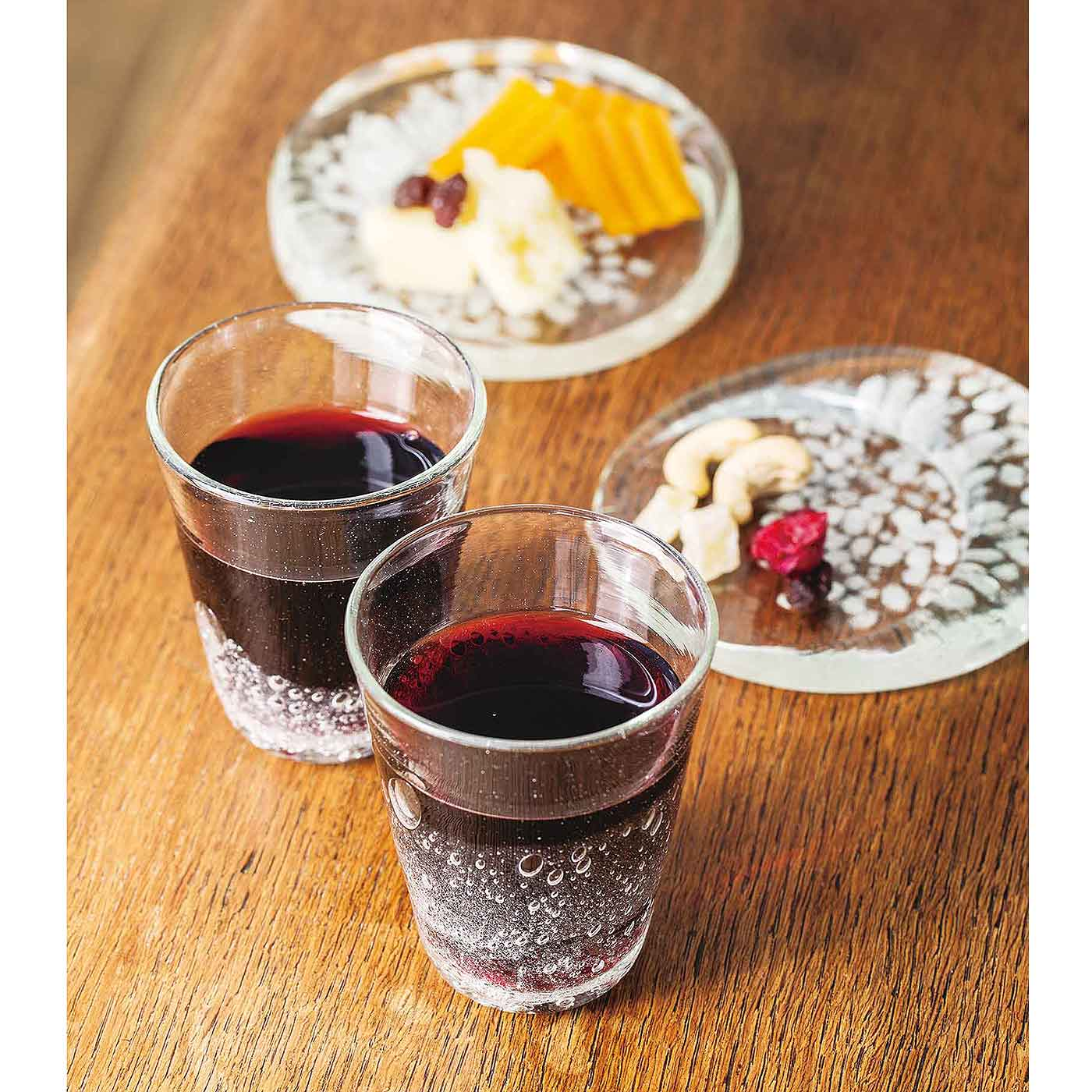 赤ワインに際立つ泡の美しさ……素敵なグラスでいただくお酒は、格別。