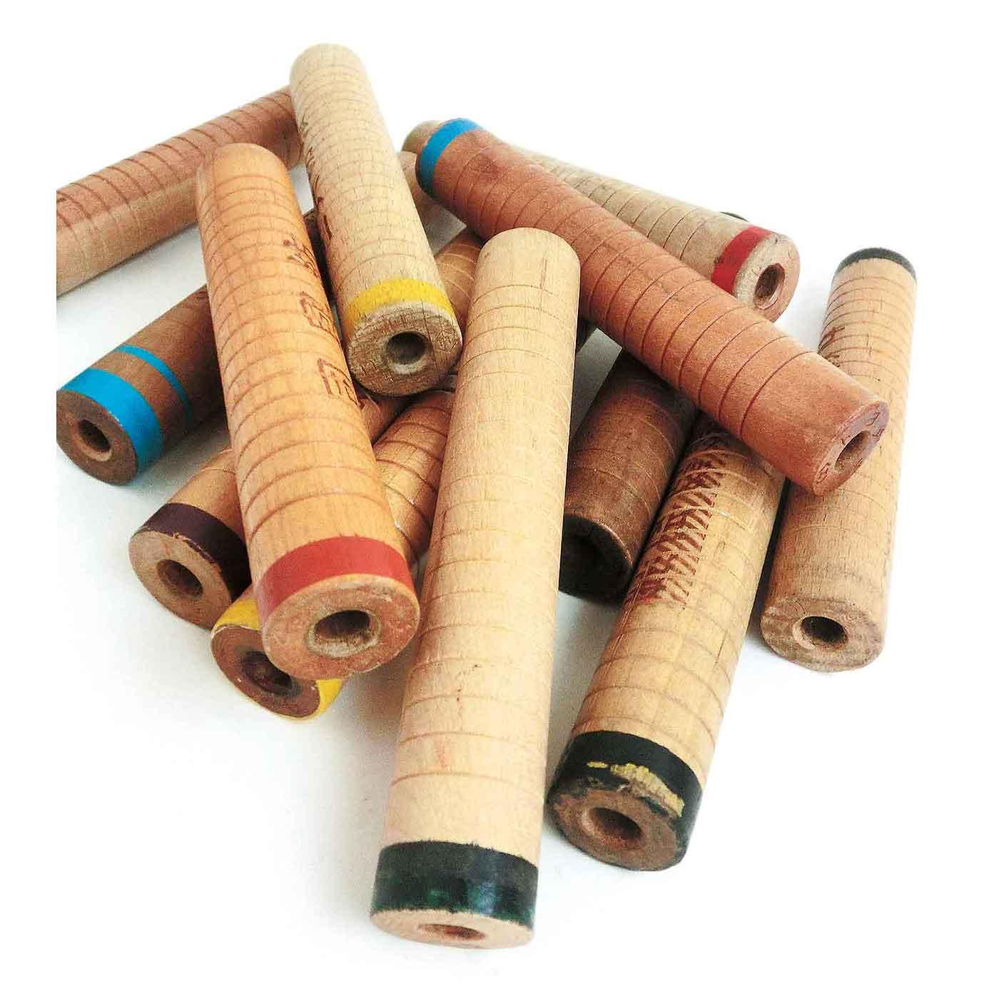 紡績工場の片すみで、長い間、存在を忘れ去られ、眠っていた古い木製糸巻き。たくさんの職人たちの手にふれ、使い込まれていた道具を、生まれ変わったあとにも糸巻きとしての長い歴史と記憶を伝えられるようなアクセサリーに、と考えました。