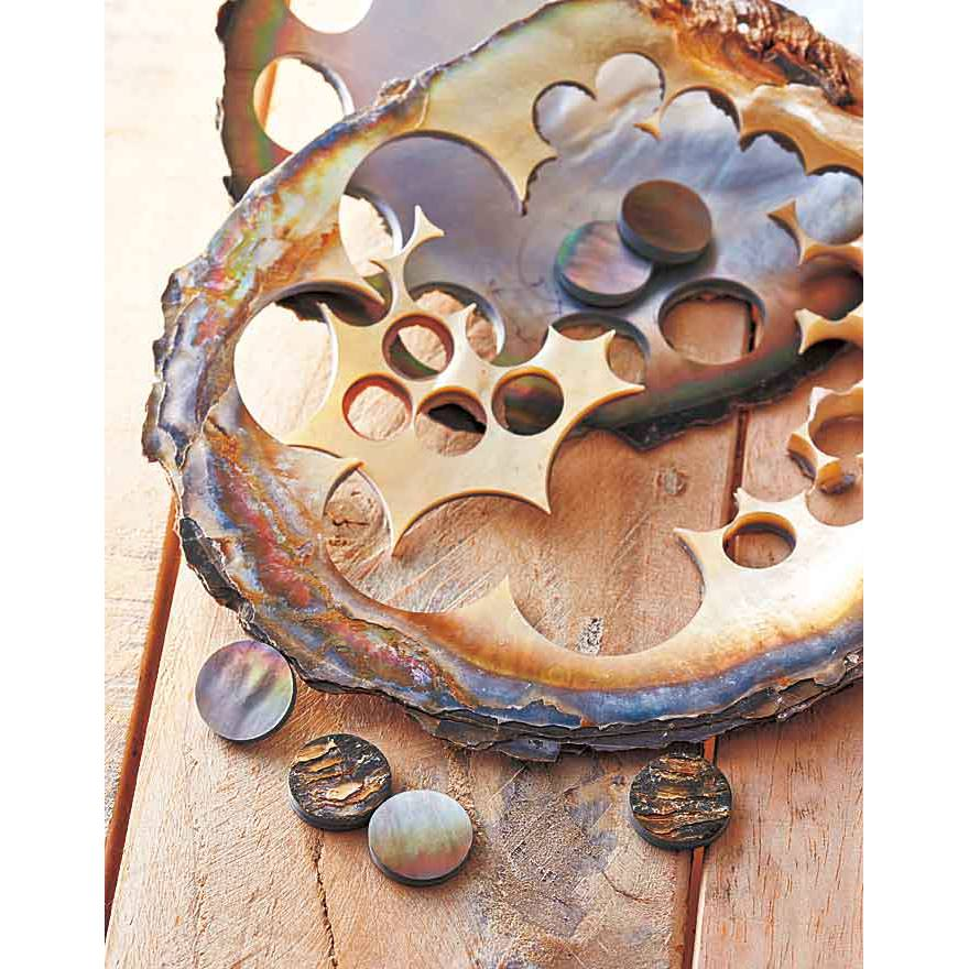 高級な服に欠かせない美しい「貝ボタン」は、貝をくり抜いて作りますが、色や厚みが「均一」であることが重要。そのため廃棄する部分がかなり多くなってしまうのです。
