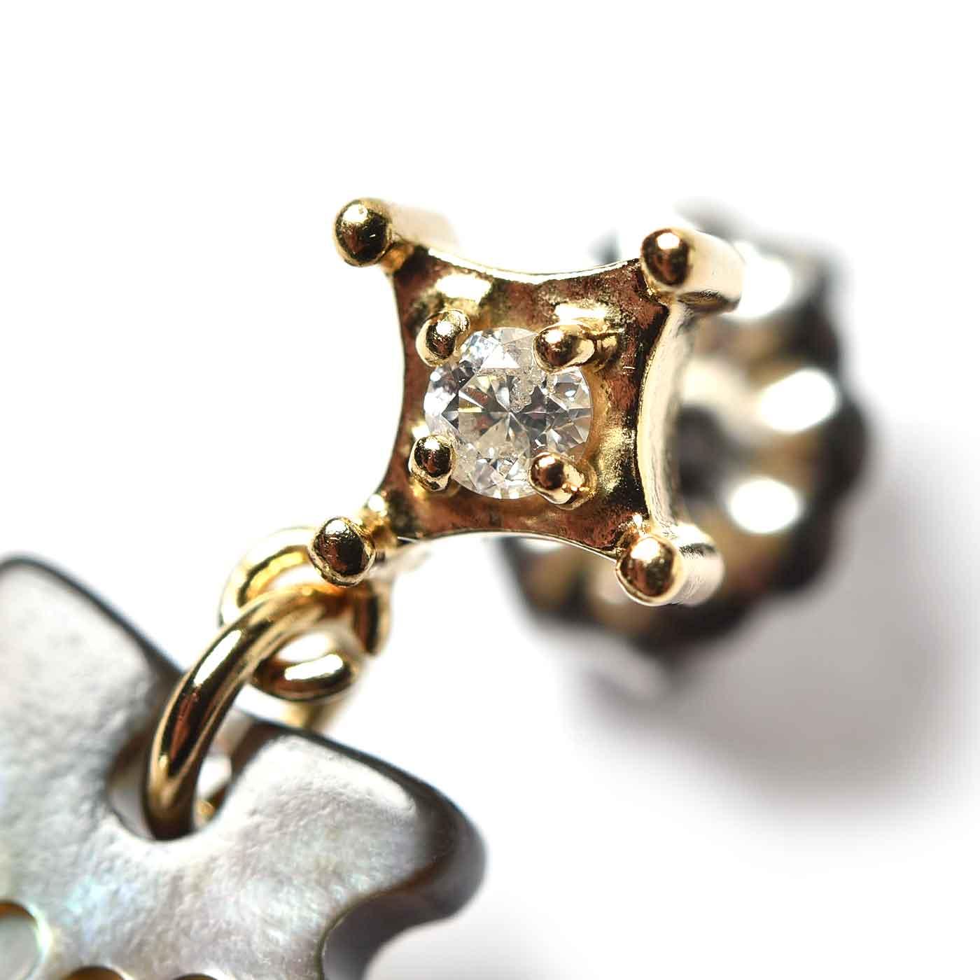 ピアス 立て爪にキラリ輝くダイアモンドがきれい。