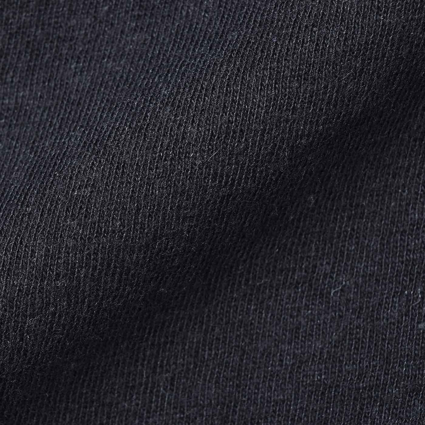 季節を問わず着られる綿麻カットソー。