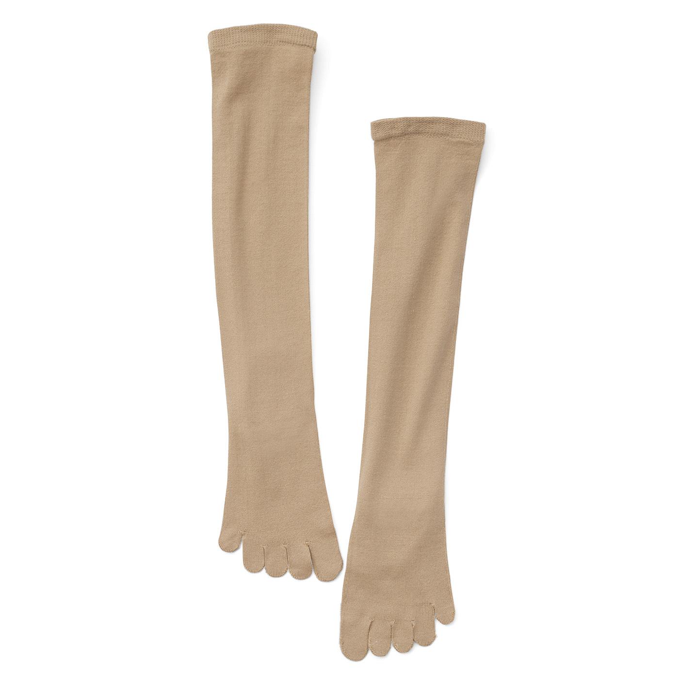 素肌のように見えるベージュで、お手持ちのストッキングに重ねて使用します。シルクが肌にふれるよう編み立てた、ずり落ちにくいひざ下丈。