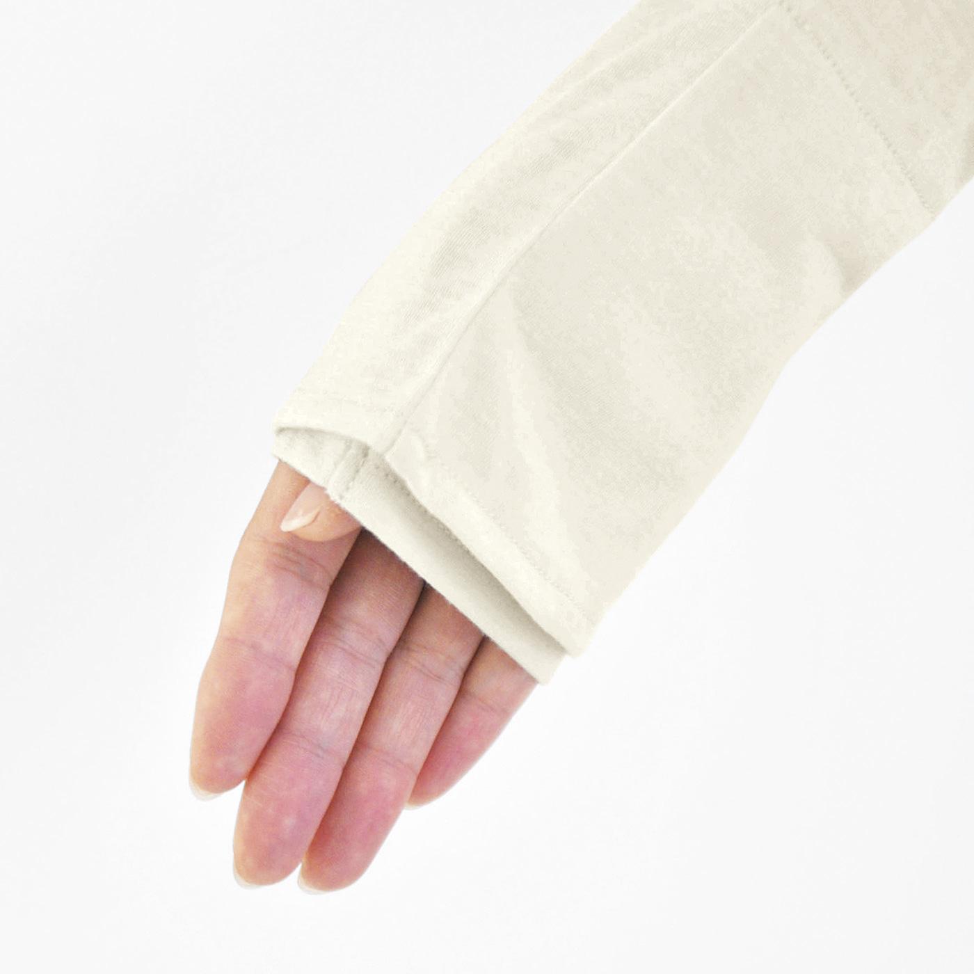 後ろからの紫外線をガードする高めの衿。シャーリングゴム入りで安定感◎。