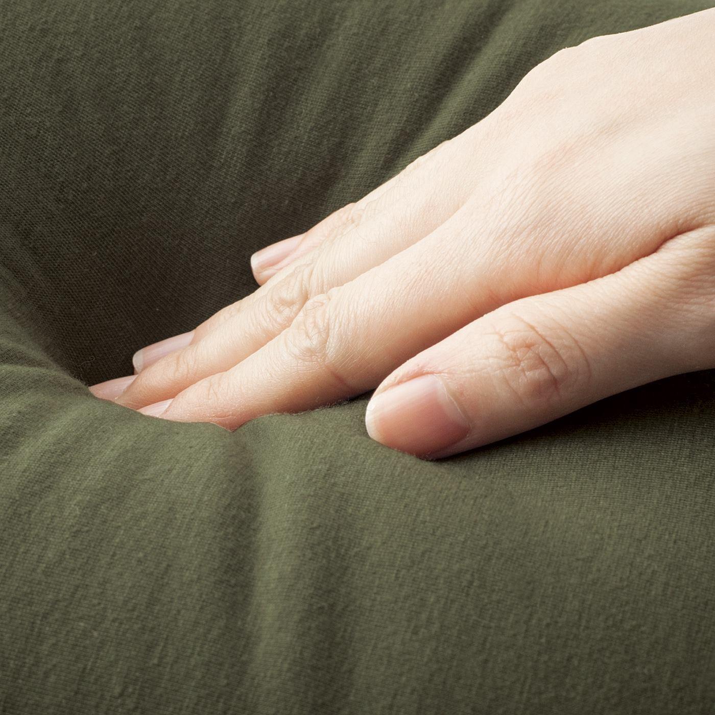 クッションの中身は、ビーズ素材で何とも言えないいやされる触感。フローリングの上でも安定します。