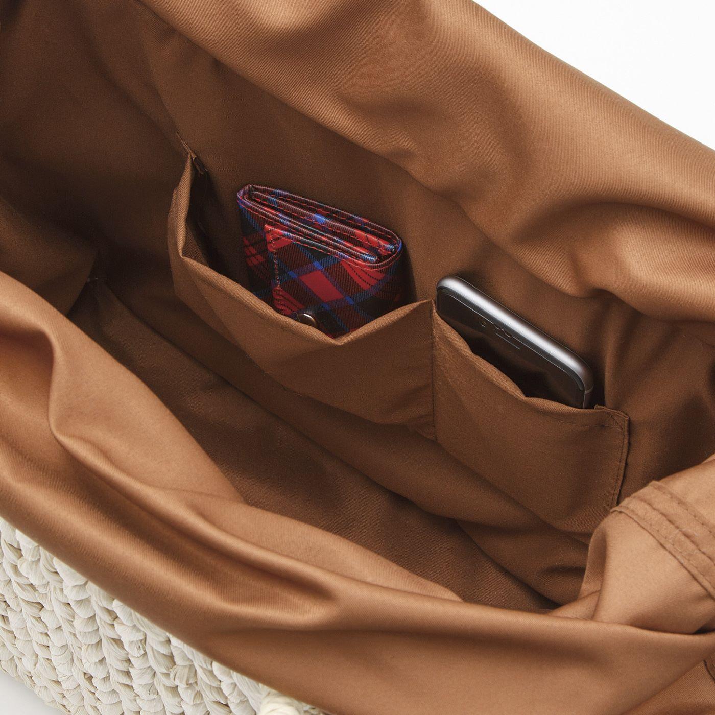 財布やスマホが入る内ポケット付き。このバッグひとつでお出かけOK。