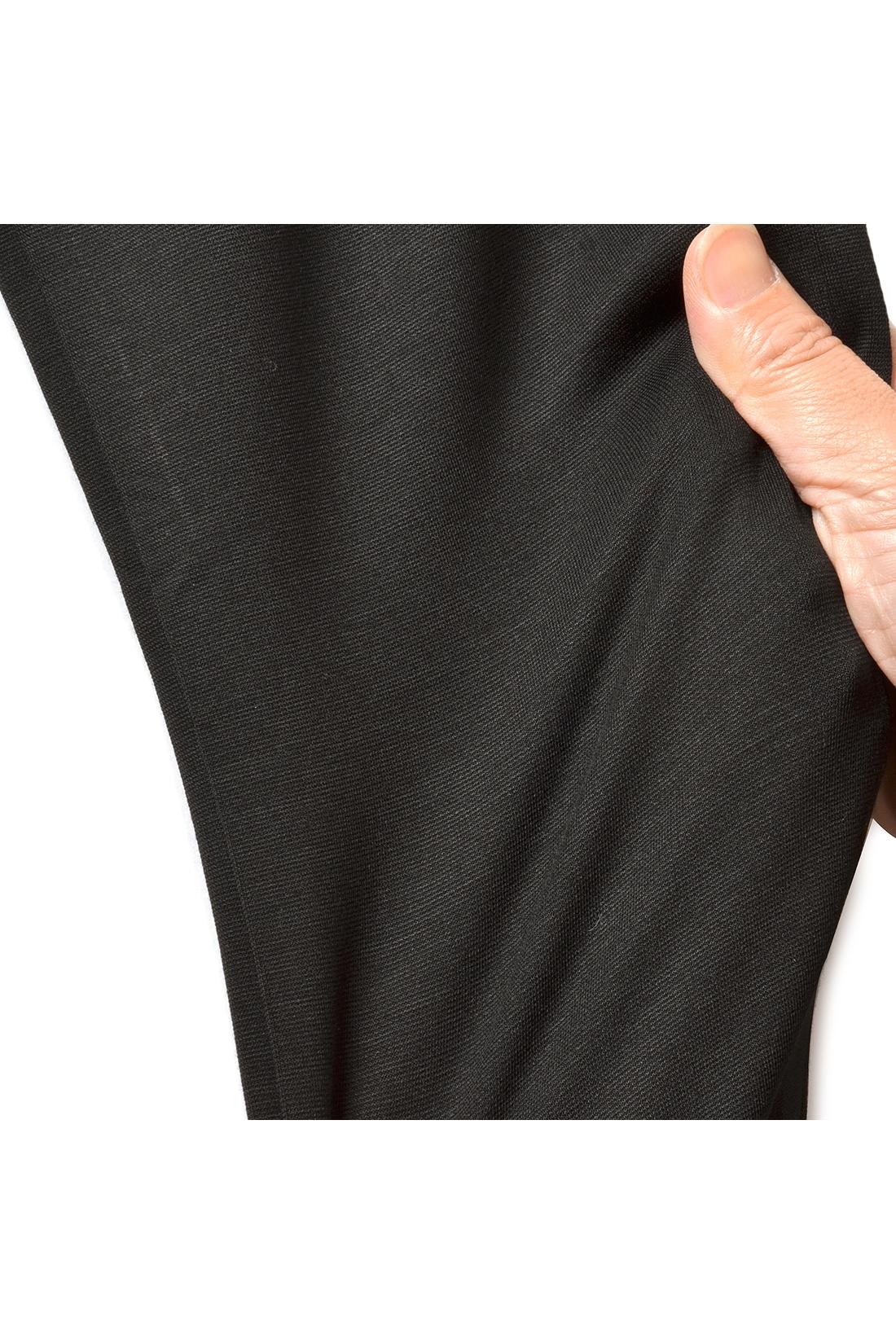 モダール混のため、光沢感が美しい。ストレッチ性が高く、カットソーでも長時間はいてもひざが出にくいほどよい厚みのある素材です。