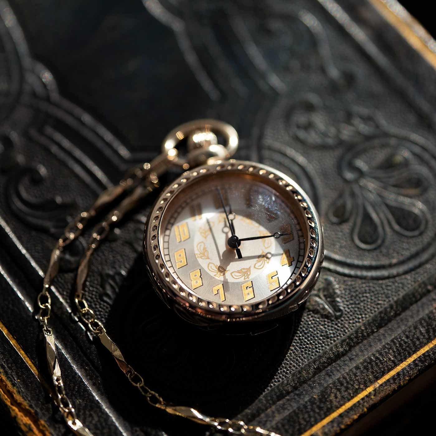滋賀の時計工房と作った アールデコ調の懐中時計〈シャンパンゴールド〉