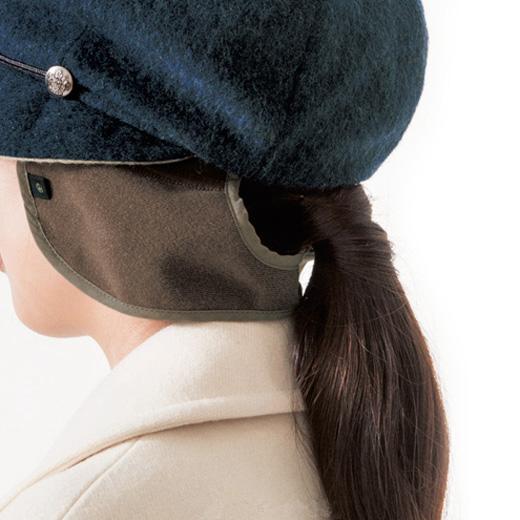 出し入れ可能な耳当ては後ろでつながっているので風になびかず、フィット感もあり。結んだ髪を出すこともできます。