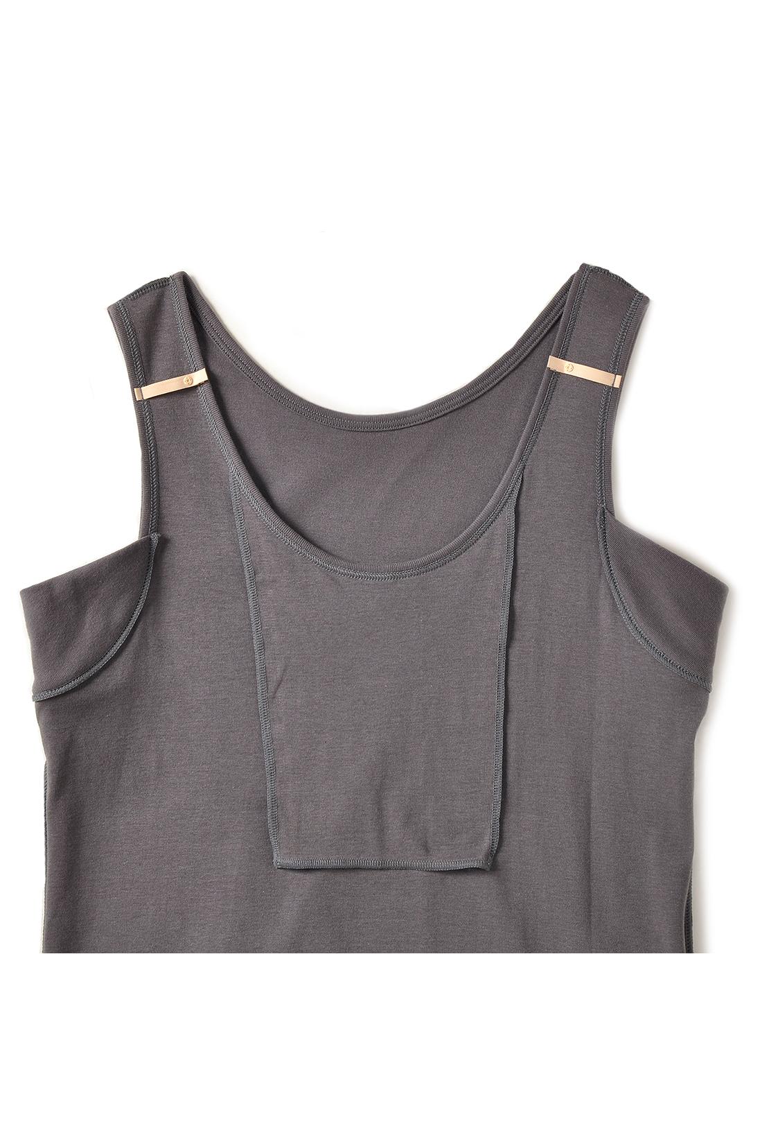 綿100%の素材だから、胸に汗をかいても心地いい。肩からのストラップのチラ見えを防ぐホルダーも付いています。