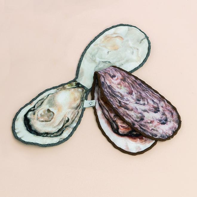 YOU+MORE![ユーモア]|【広島県】JR西日本×YOU+MORE! 牡蠣ハンカチ 2枚セット|焼き牡蠣と生牡蠣のリバーシブルハンカチは、ちょうど牡蠣サイズです。牡蠣が好きすぎて、許されるのなら四六時中持ち歩きたい......そんなみなさまにぴったりな商品です。