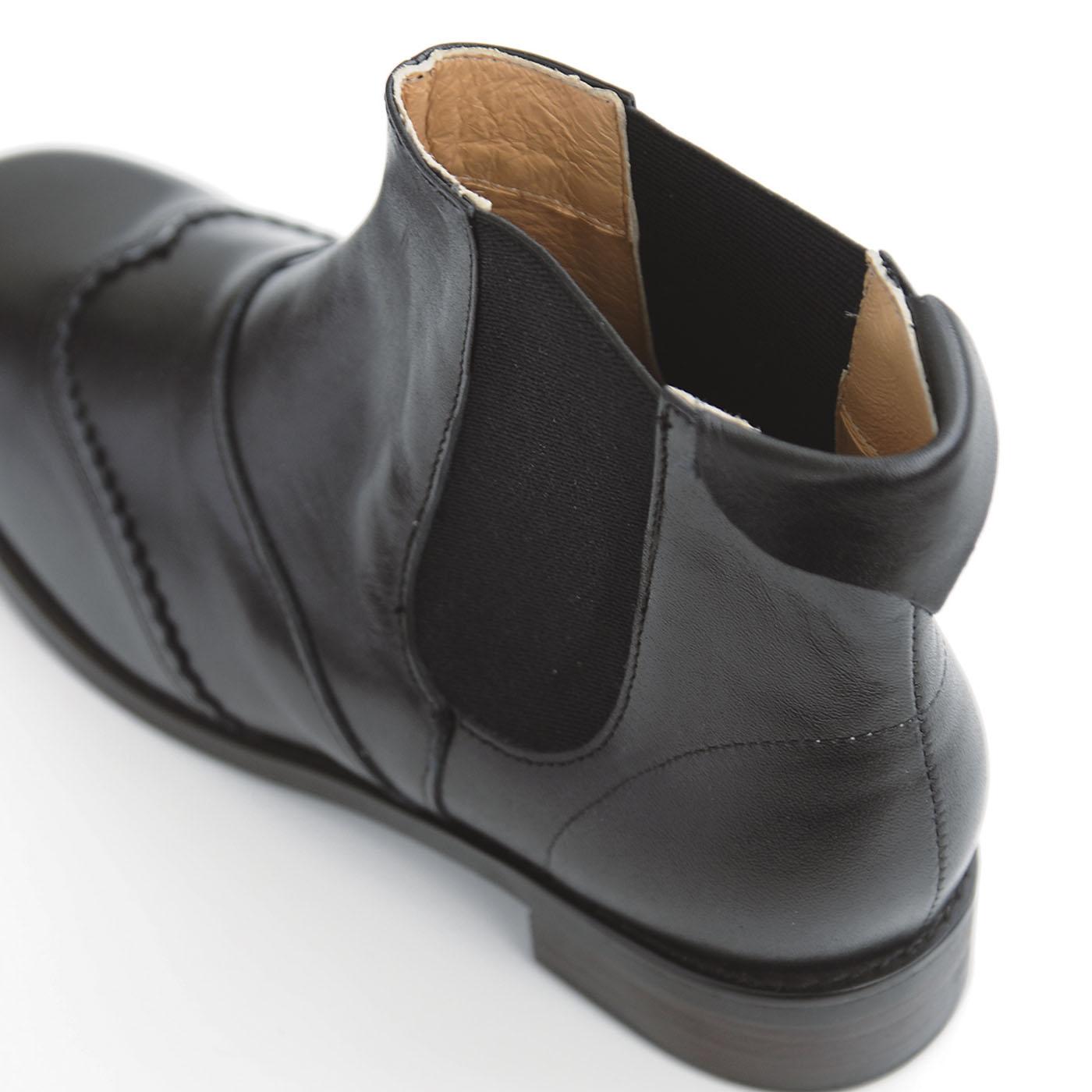両サイドにゴム生地を使った履きやすいサイドゴア。