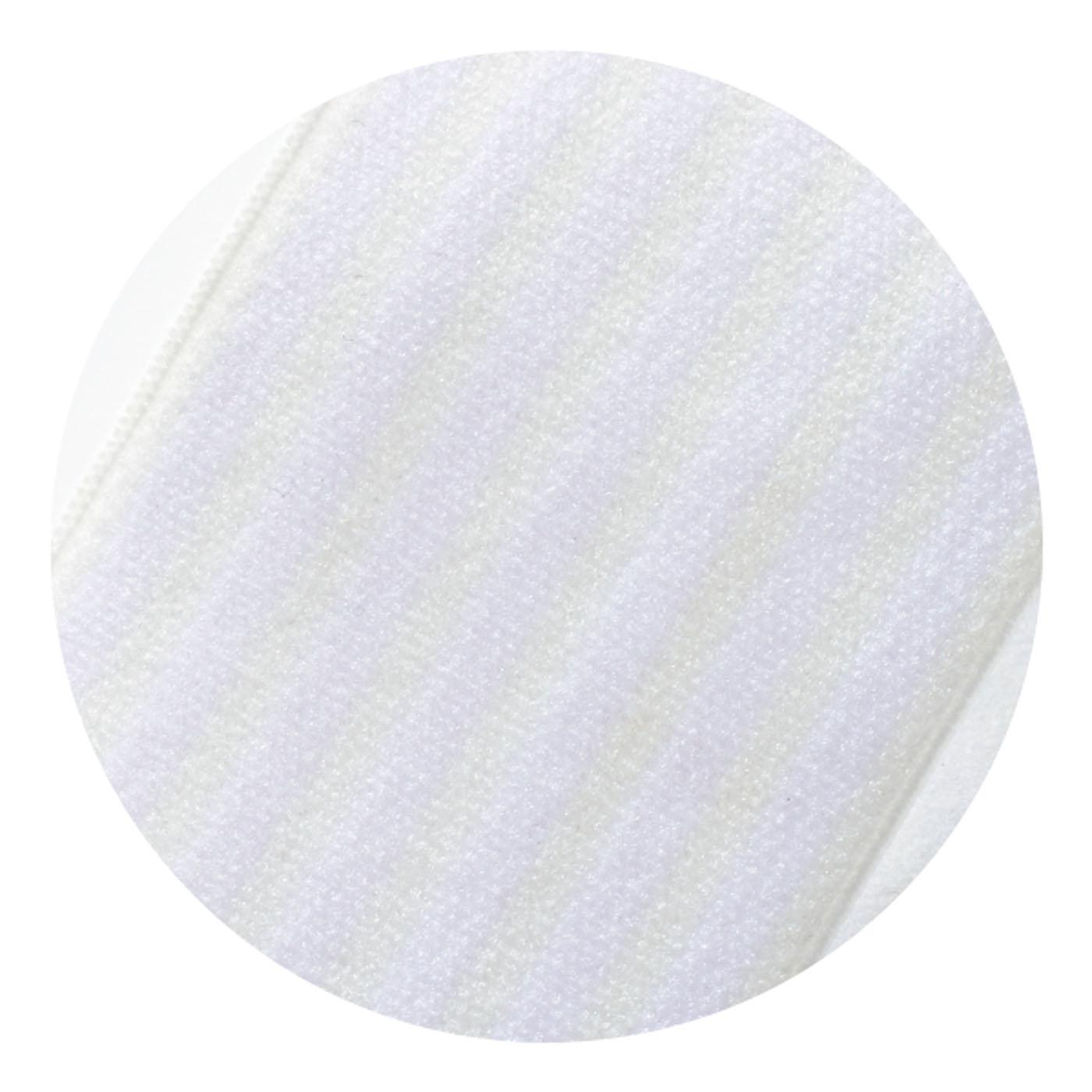 ホワイトのストラップはよく見るとさり気ないストライプ柄。