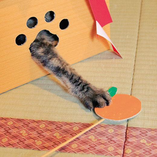 肉球形の小窓から猫じゃらしをヒョイヒョイして、モグラたたきゲーム!
