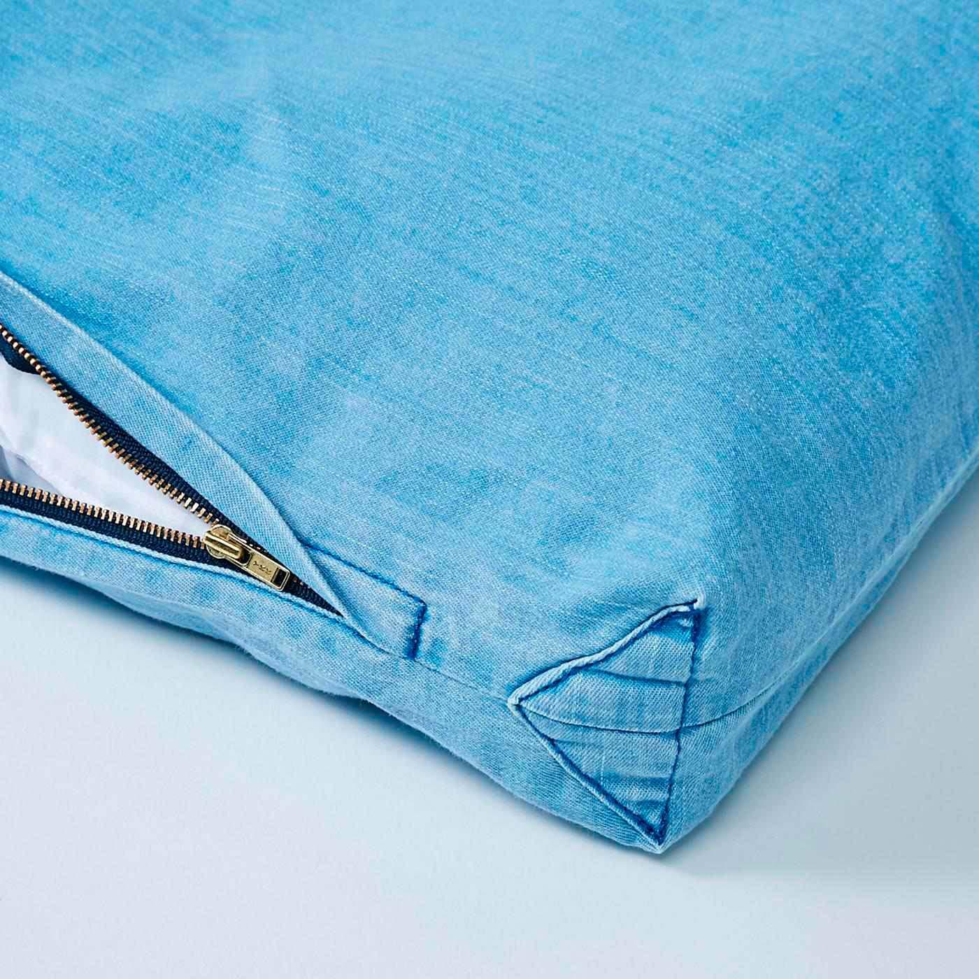 大きく開くファスナーで布団の出し入れもらくらく。