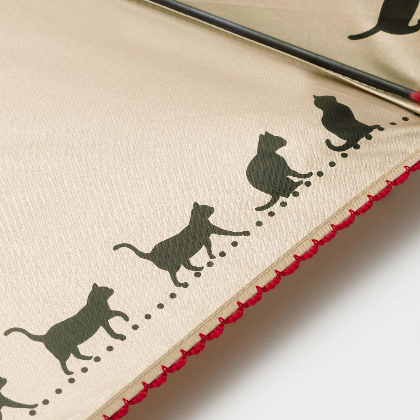 お散歩猫のシルエットを内側にプリント。赤いピコレースの縁取りもかわいい!