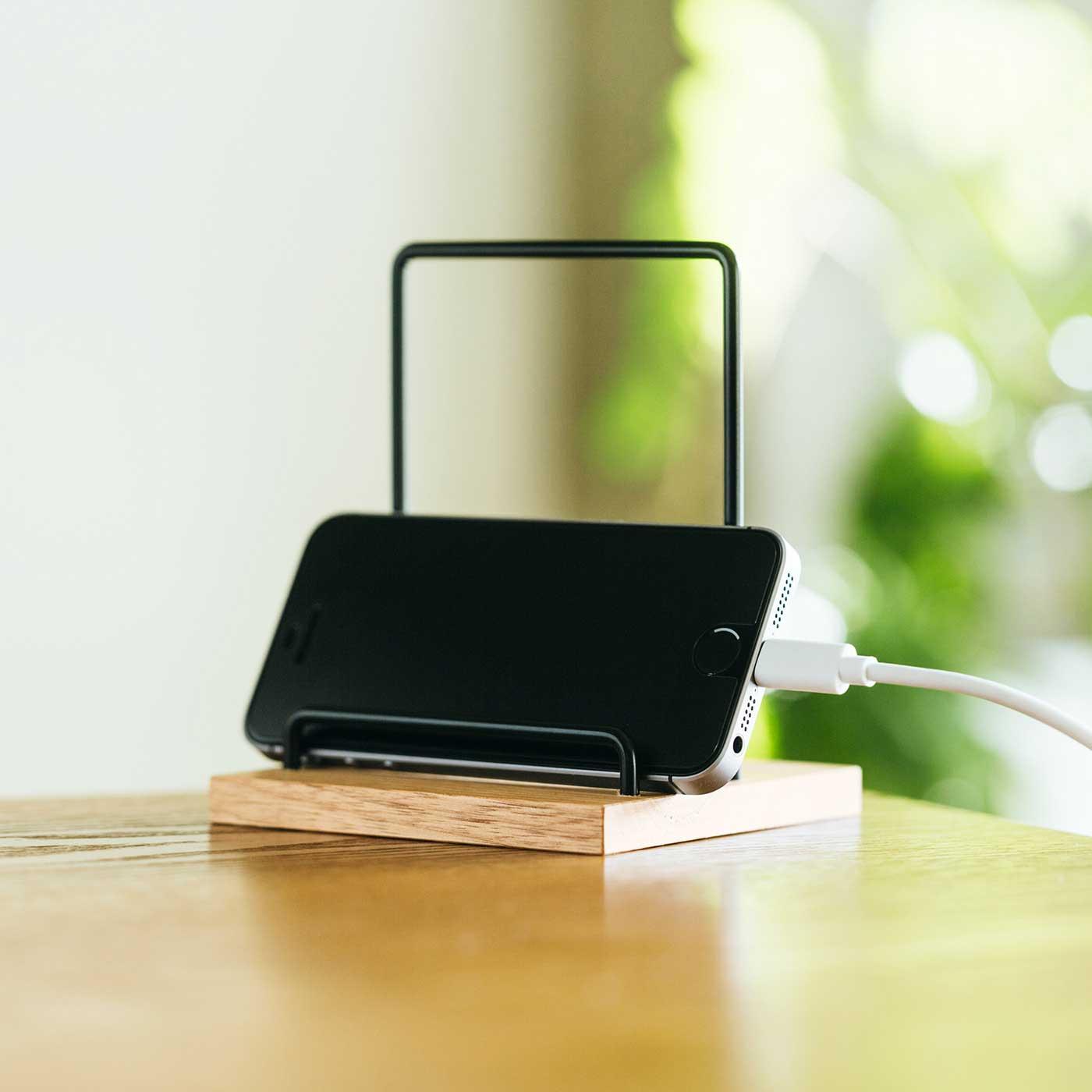 横にすると充電しながら使用可能。
