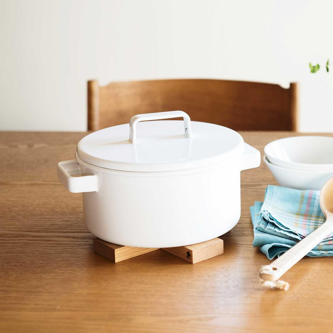 直径約20cmの3Lサイズ。3~4人の家族分に便利な両手鍋。