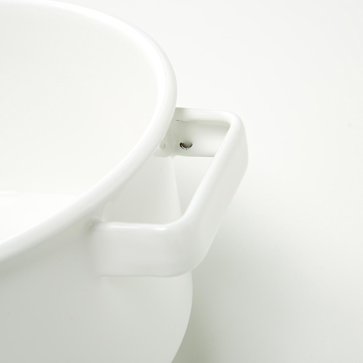 鍋のふちの裏側や取っ手の裏側などに黒い箇所がありますが、釉薬をかける工程上できるもので、不良ではありません。