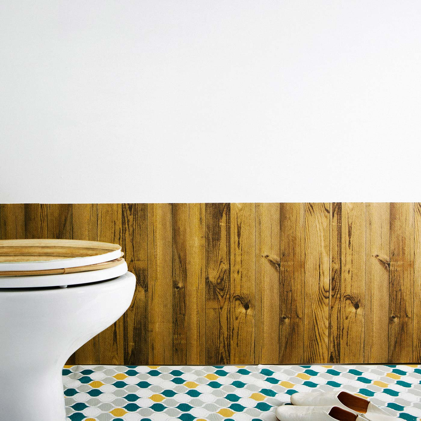 裏面の吸着素材で、壁にペタッと貼り付きます。
