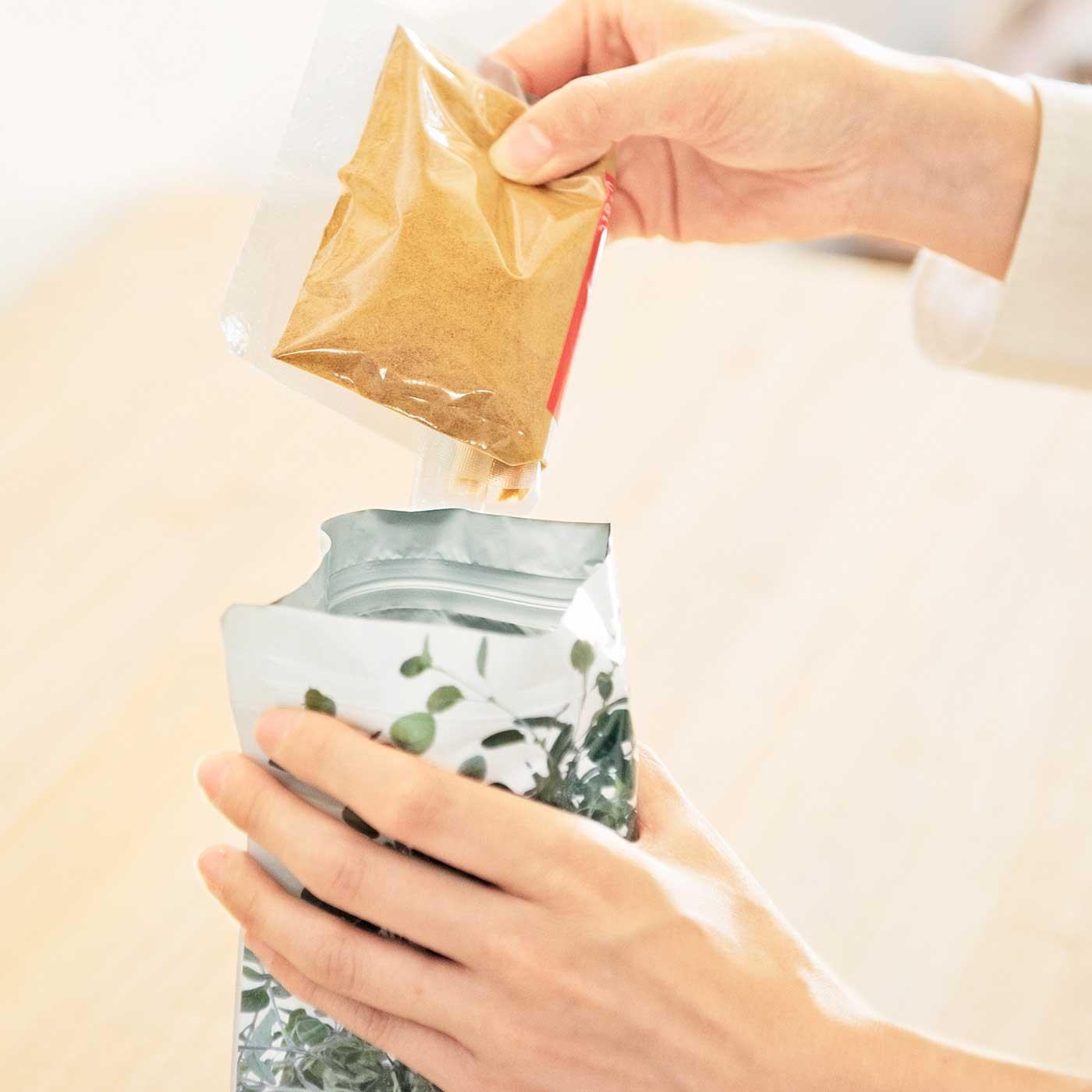 アルミ箔(はく)を含む3層構造で食材を湿気から守って長持ち。