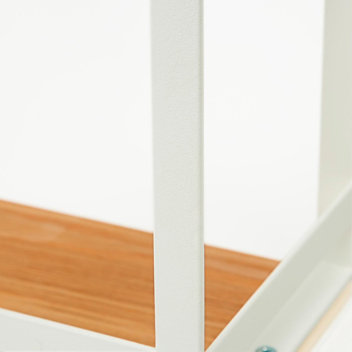 キッチンを明るくする、白と天然木のコンビ。調味料の容器など、ガラスとの相性も抜群。