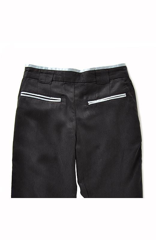 BACK ベースカラーに合わせたサテン生地のちらりと見えるウエストの配色がおしゃれ。後ろポケットにも同色のアクセントを!