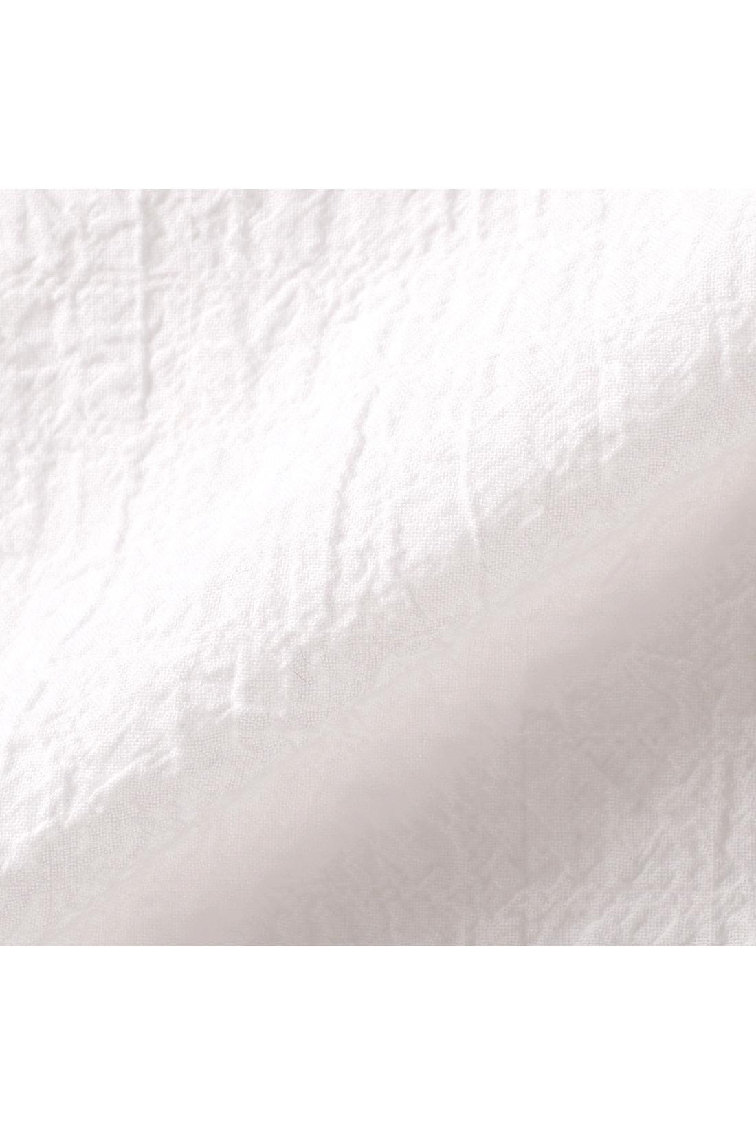 シャツ素材は軽やかな薄手のコットンにストレッチ糸を入れてぼこぼこした肌ざわりのいい表面感をつくりました。
