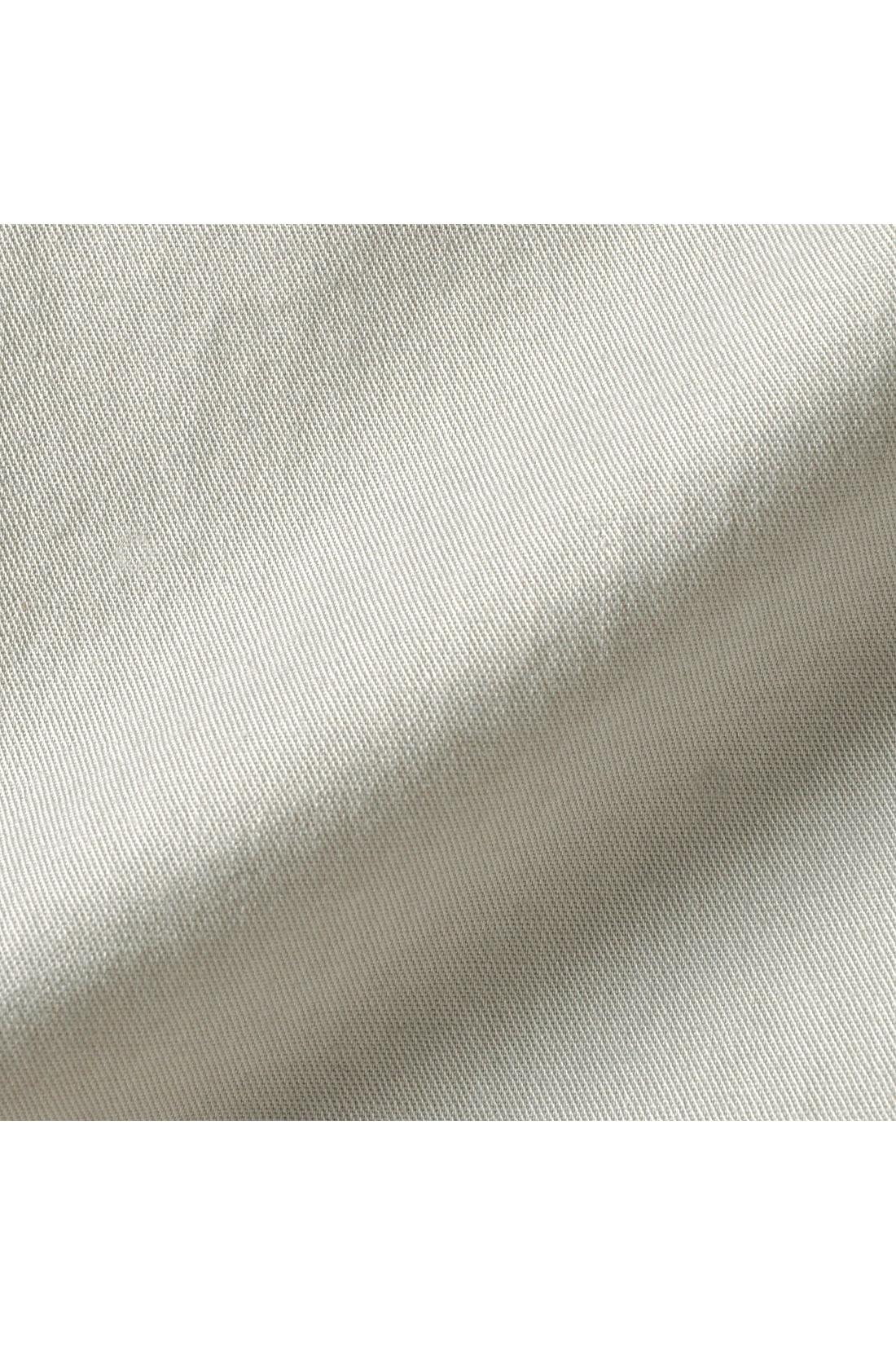 美しく染め上げられた絶妙なスモーキーカラーと上品な艶感は、ポリウレタン混で高密度に織られたスペシャルなコットン素材ならでは。伸びやかで動きやすいストレッチ素材も魅力です。
