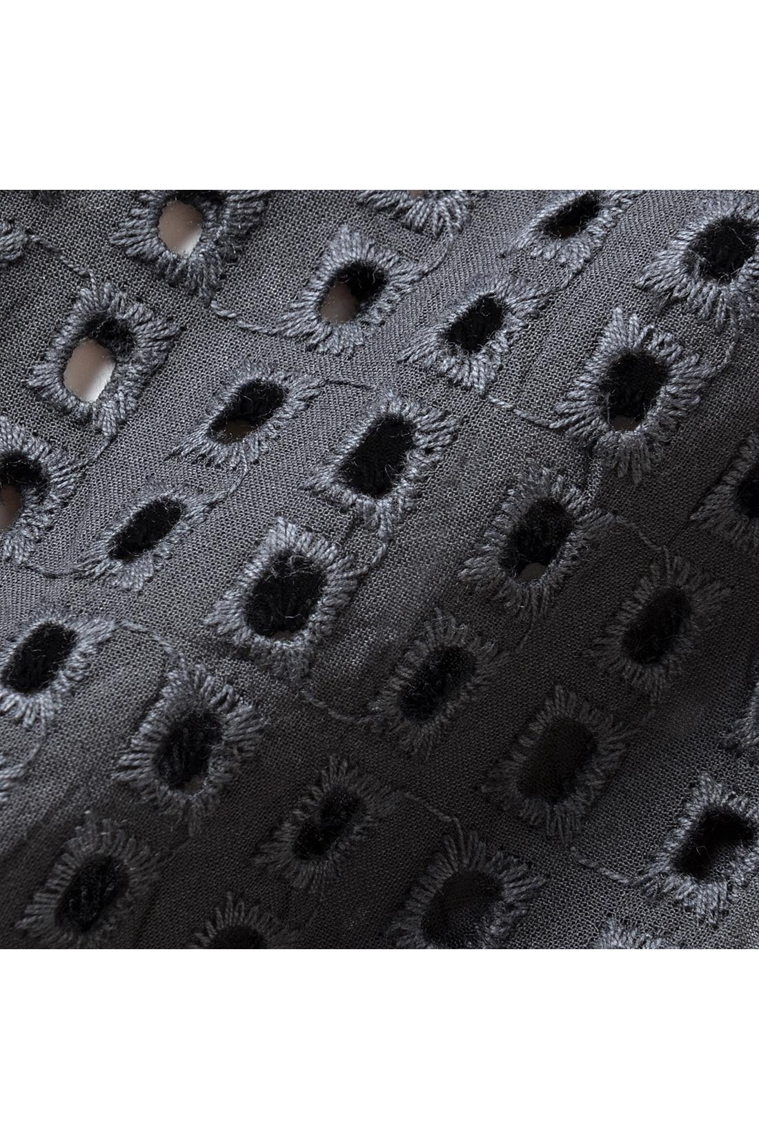 張りのあるパンチングレース素材。