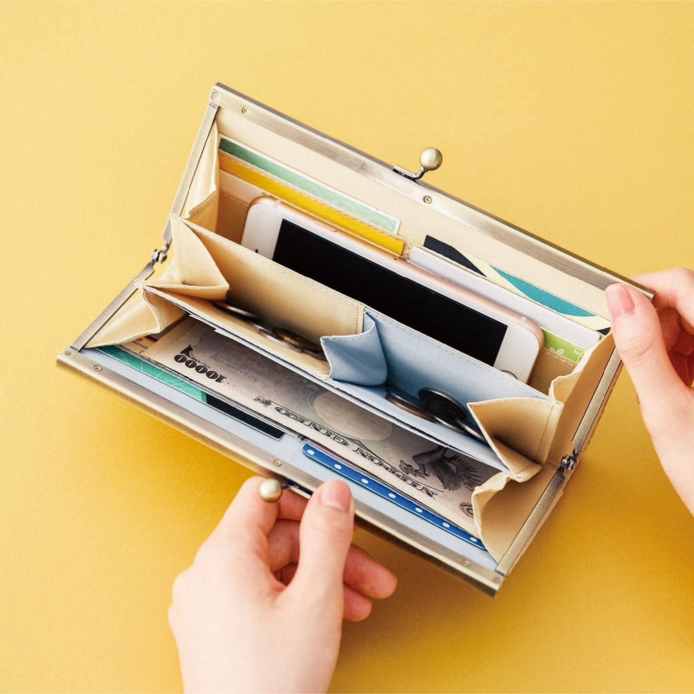 一目瞭然にコインも仕分け ひとつでふた役 チェックのがま口長財布の会