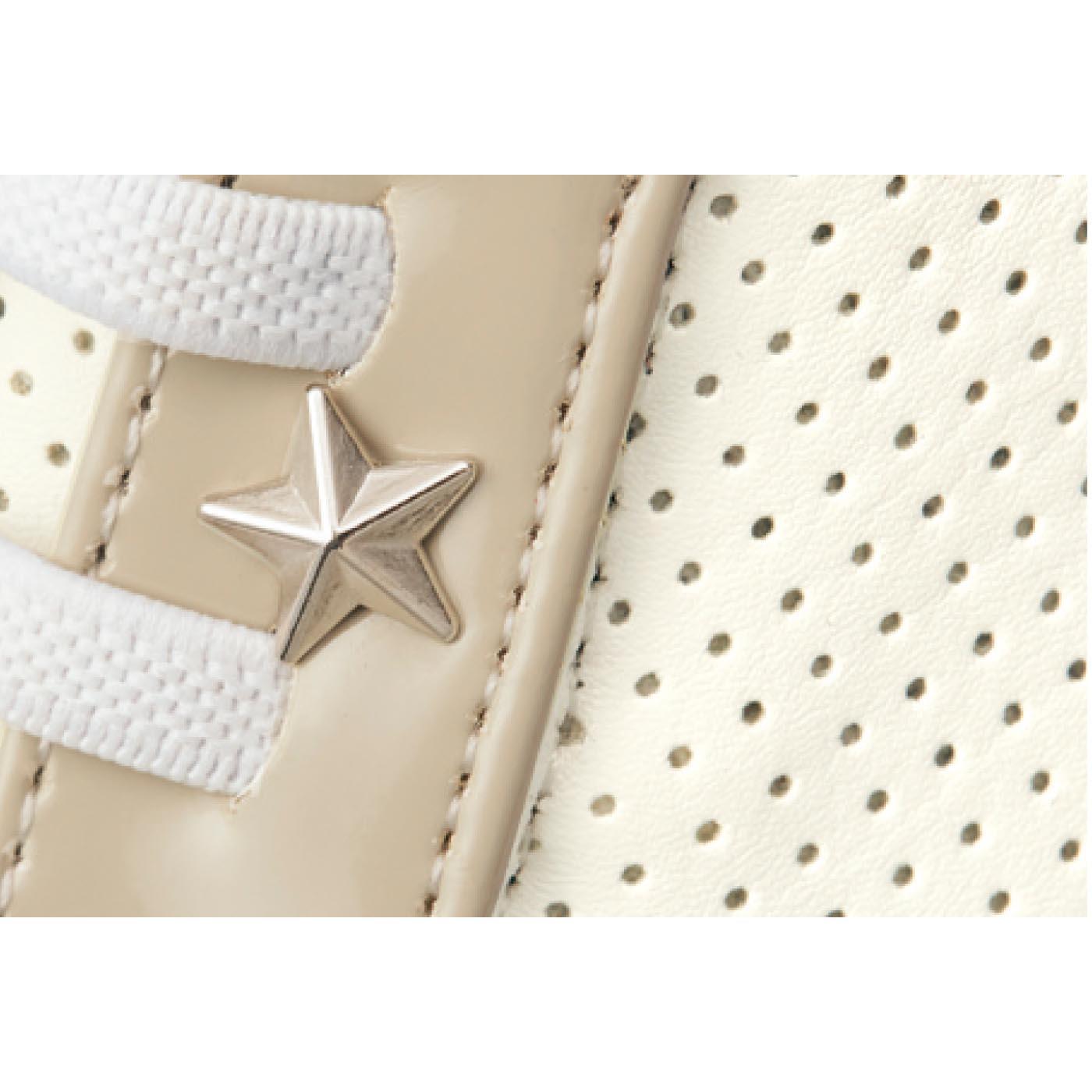 軽くてお手入れしやすい合成皮革のパンチング素材。通気性がよく、むれにくいので快適!