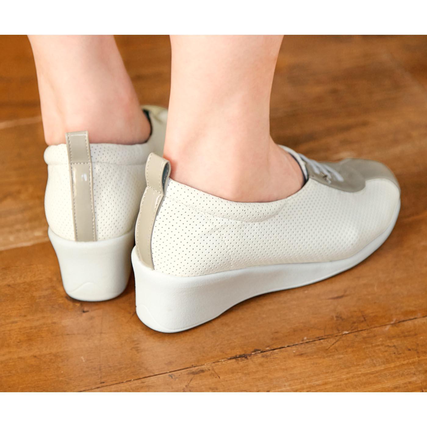 [ブラック・ホワイト共通]軽量ヒールで、カジュアルな装いの日もすらりとスタイルアップ。脚長効果も◎。