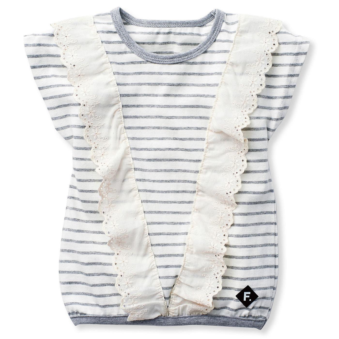 ボーダーTシャツにV字にあしらったスカラップレースで、甘すぎない上品な女の子らしさ。
