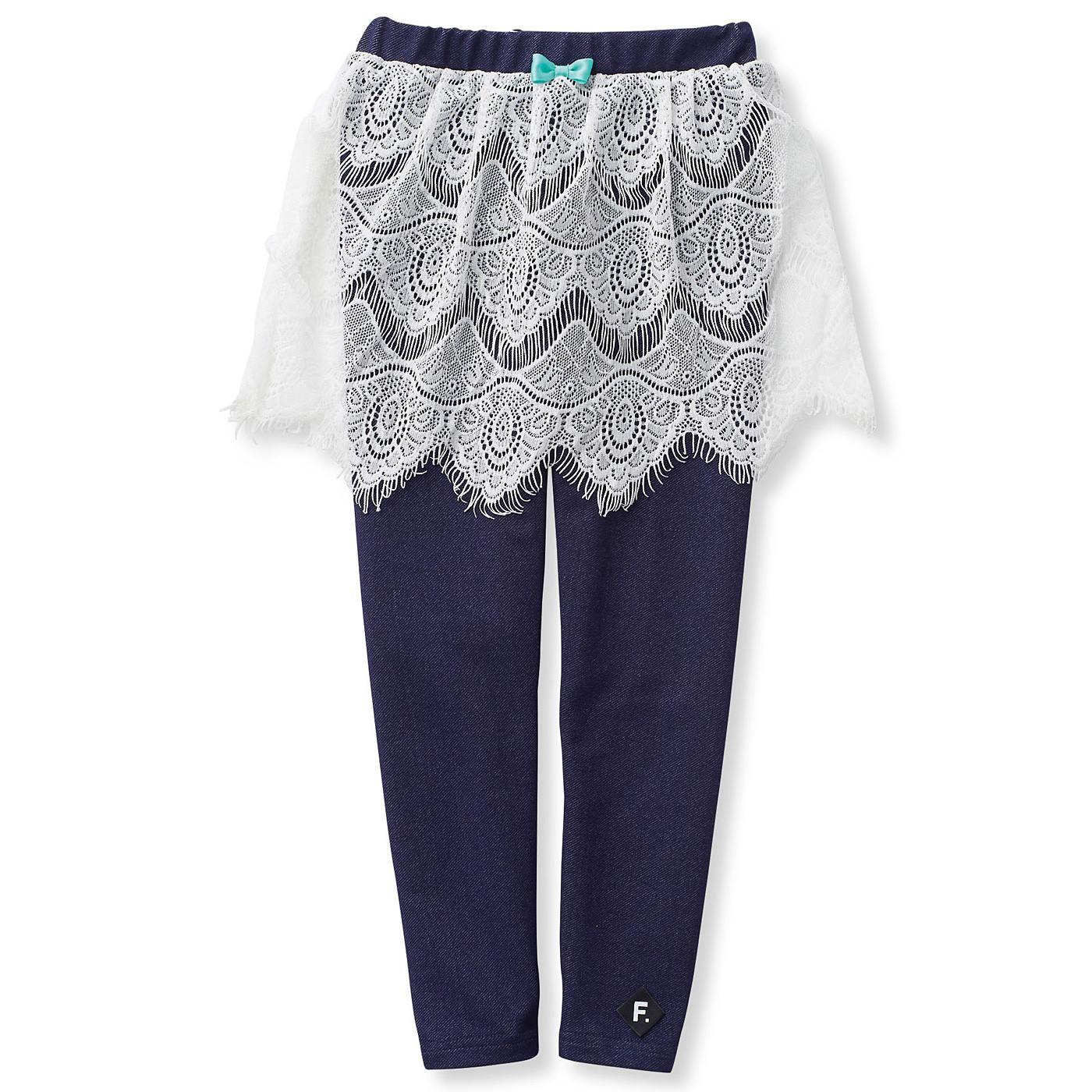 デニムスキニーパンツに繊細なスカラップレースのスカートをドッキング。