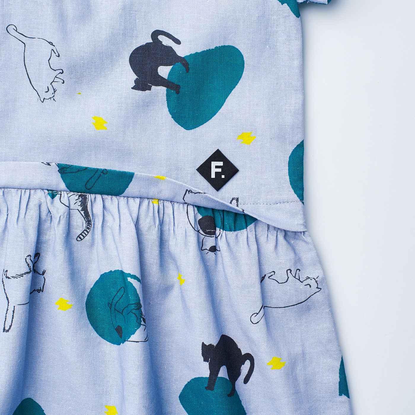 スカートにトップスをドッキングしたデザイン。