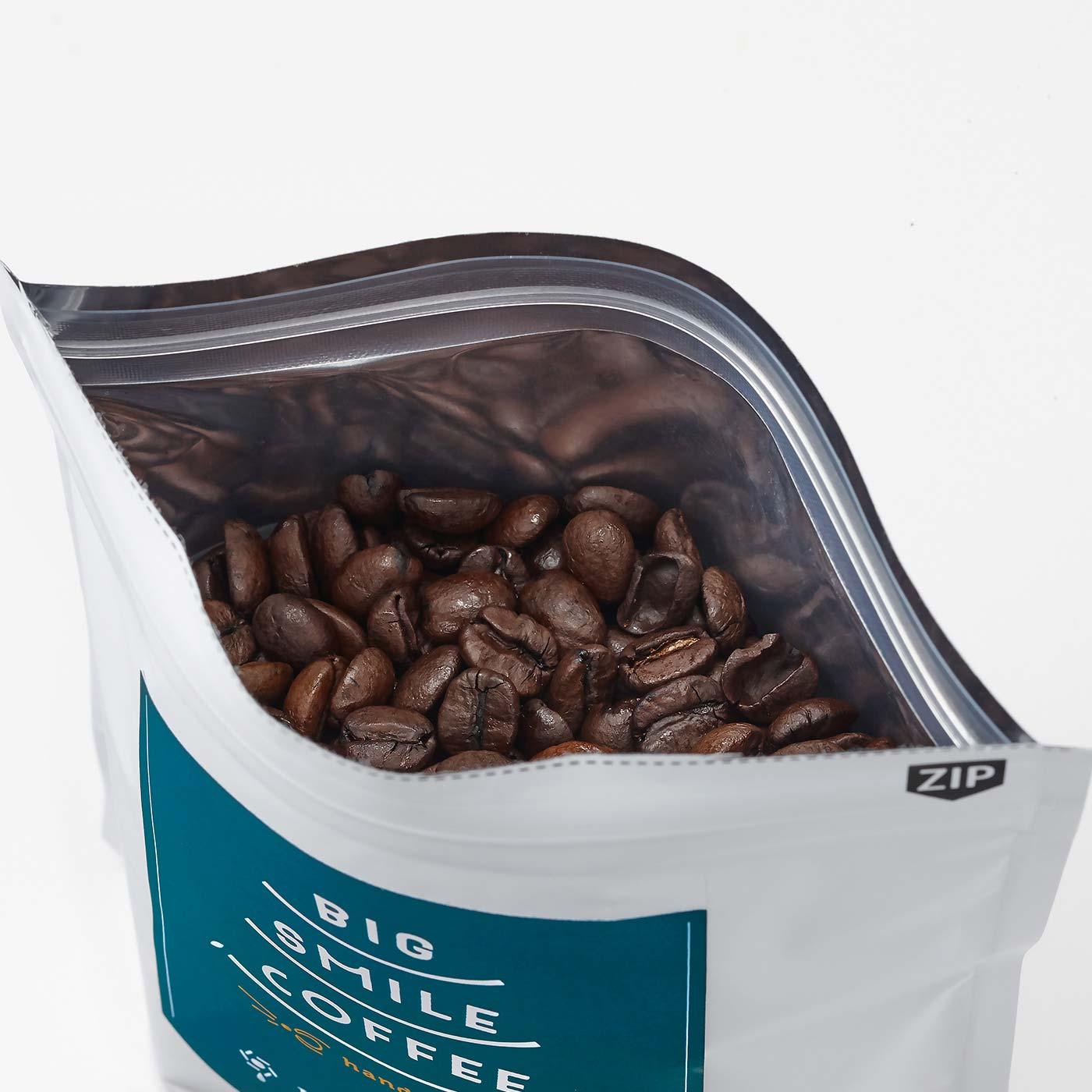 開封後の保管が便利なチャック付き。 ※写真は焙煎豆です。挽き豆でお届けします。