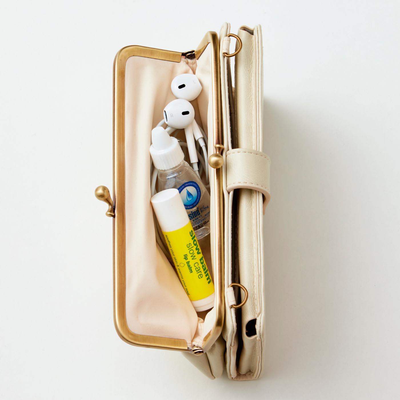 がま口部分には、イヤホンやコスメ、目薬、お菓子などを。お財布代わりにも使えます。