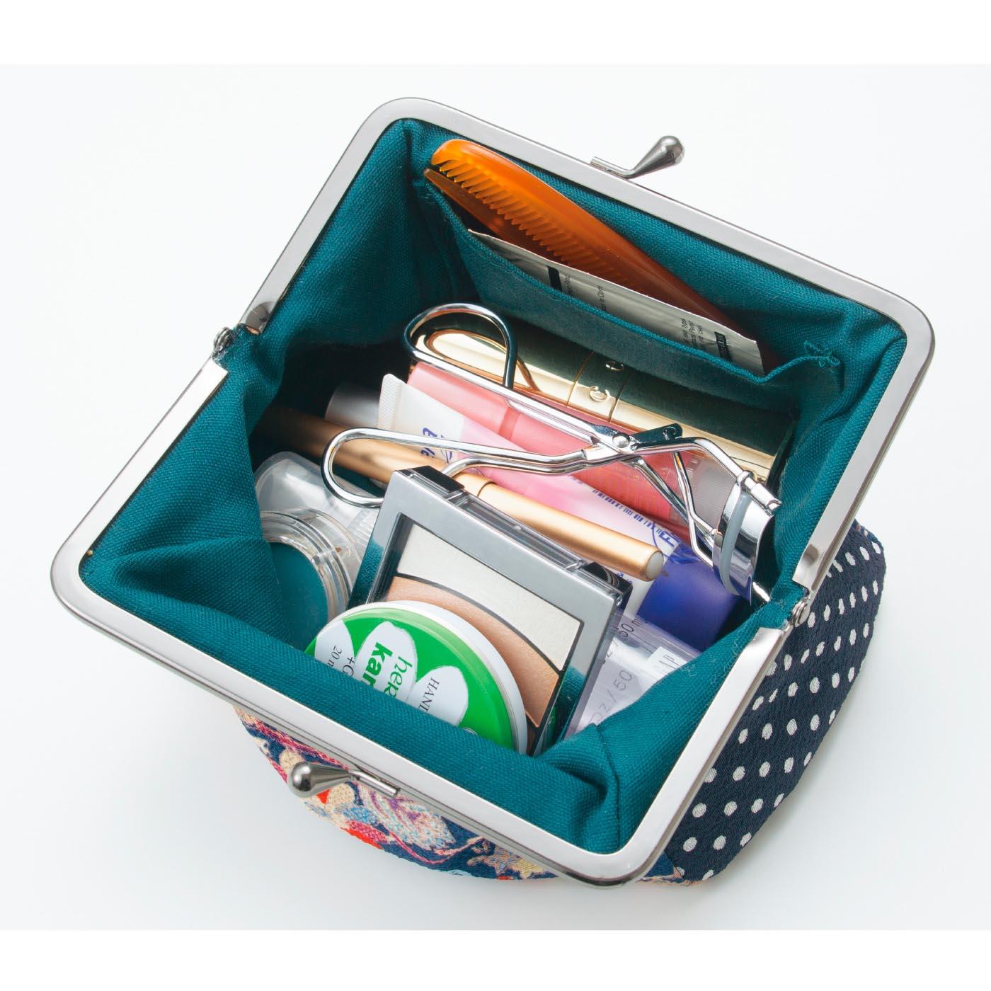 大きく開くので、中身が見渡せて取り出しやすい。ヘアピンやアクセ入れに便利な片側内ポケット付き。