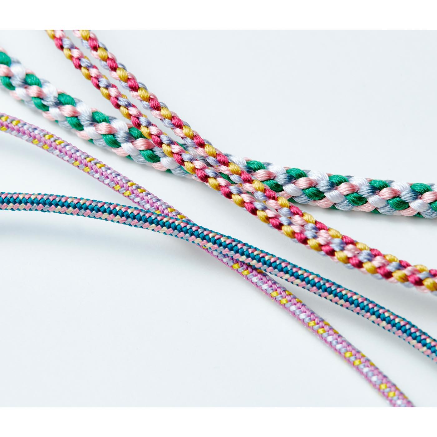 上品な光沢のある絹100%の糸を熟練の職人が製紐機を駆使してらせん状に組み上げています。