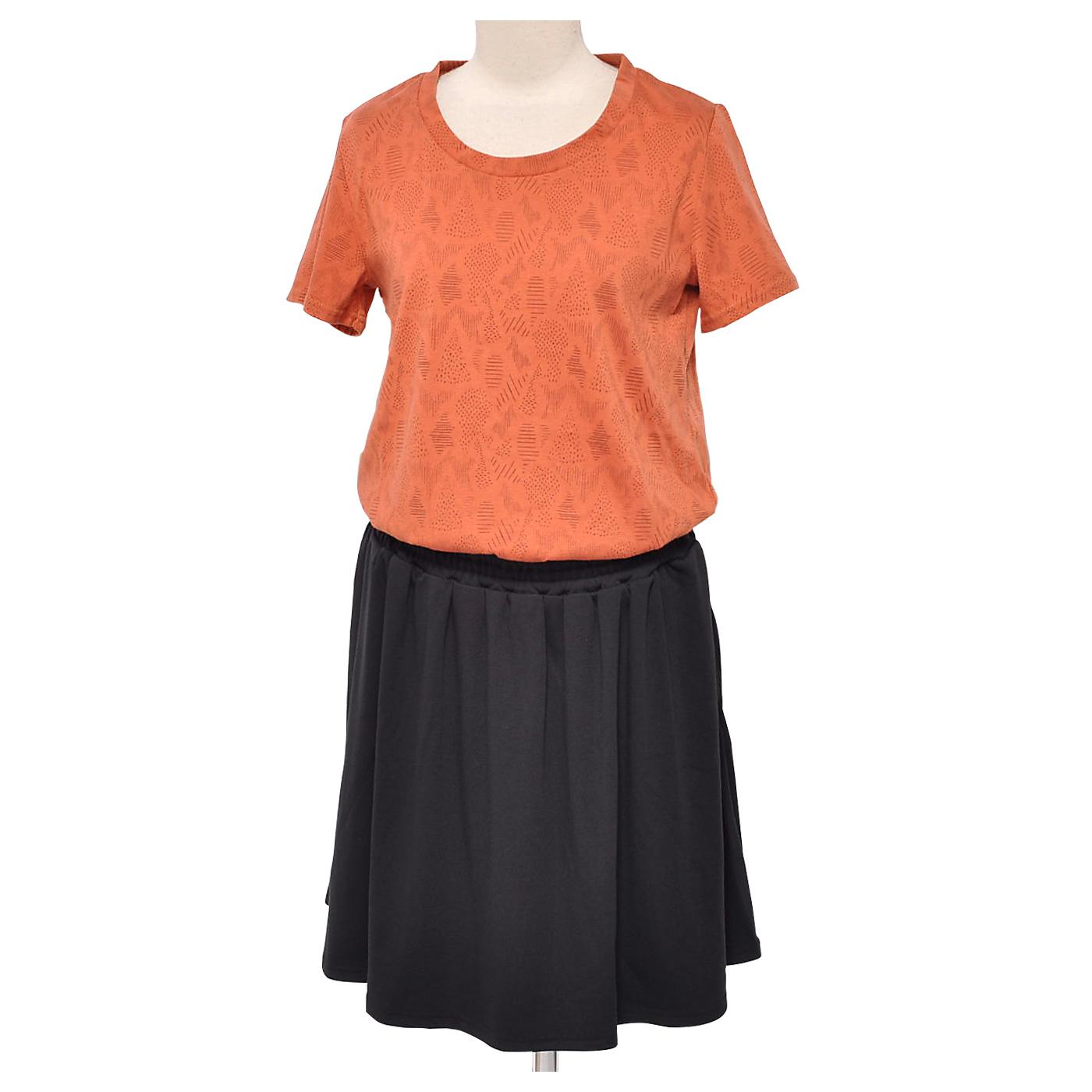 スカートは透けにくいスムース生地。両サイドにはポケットが付いています。ウエストは好きな高さにブラウジング。