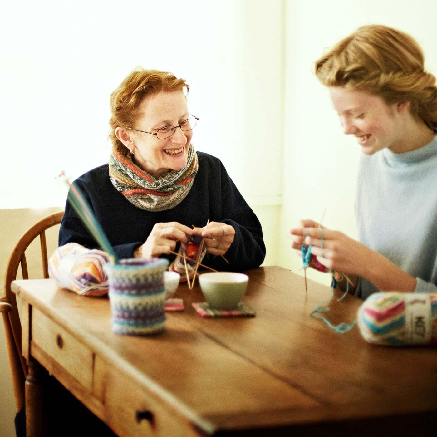 はじめて編み物をするモデルさんに、愛らしい笑顔とやわらかな口調で編み方を教える梅村 マルティナさん(左)。自然と笑顔が生まれ、編み物をしながらおしゃべりが弾みました。