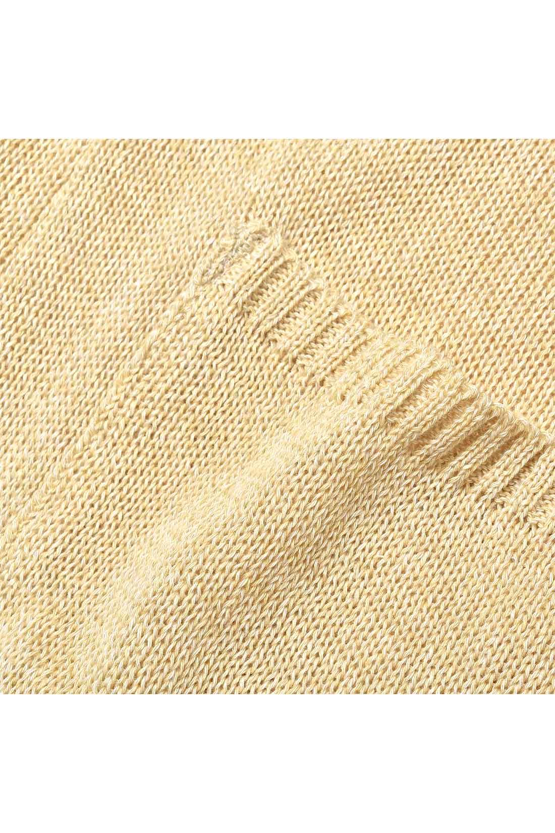 通常のアクリルよりソフトでふっくらしたドラロン綿の糸を3色ミックスした撚り杢の糸でゆるくざっくりと編んだ編み地。
