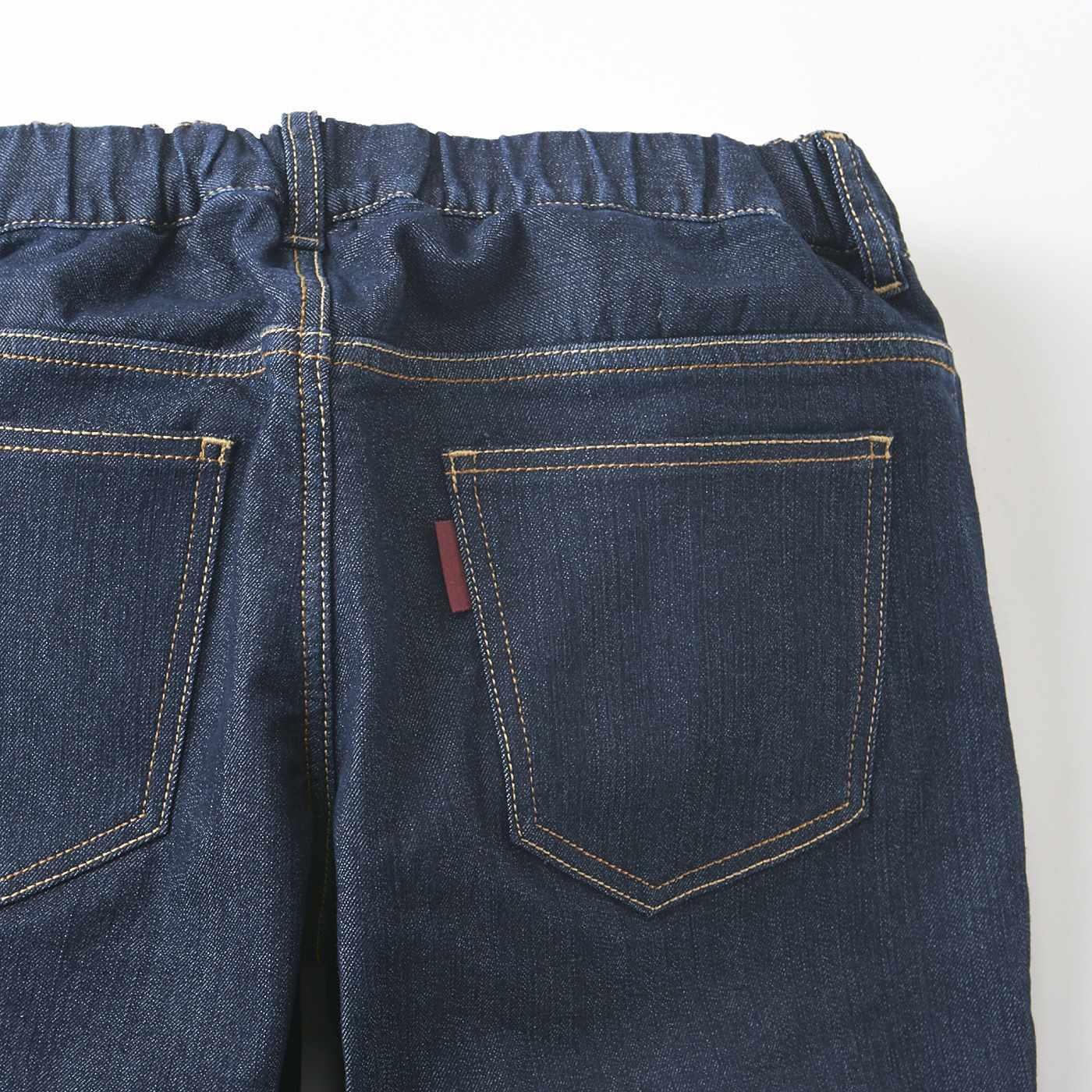 ウエストはゴム仕様でらくちんなはき心地。後ろのポケットはヒップラインをカバーする位置で目隠し効果も。