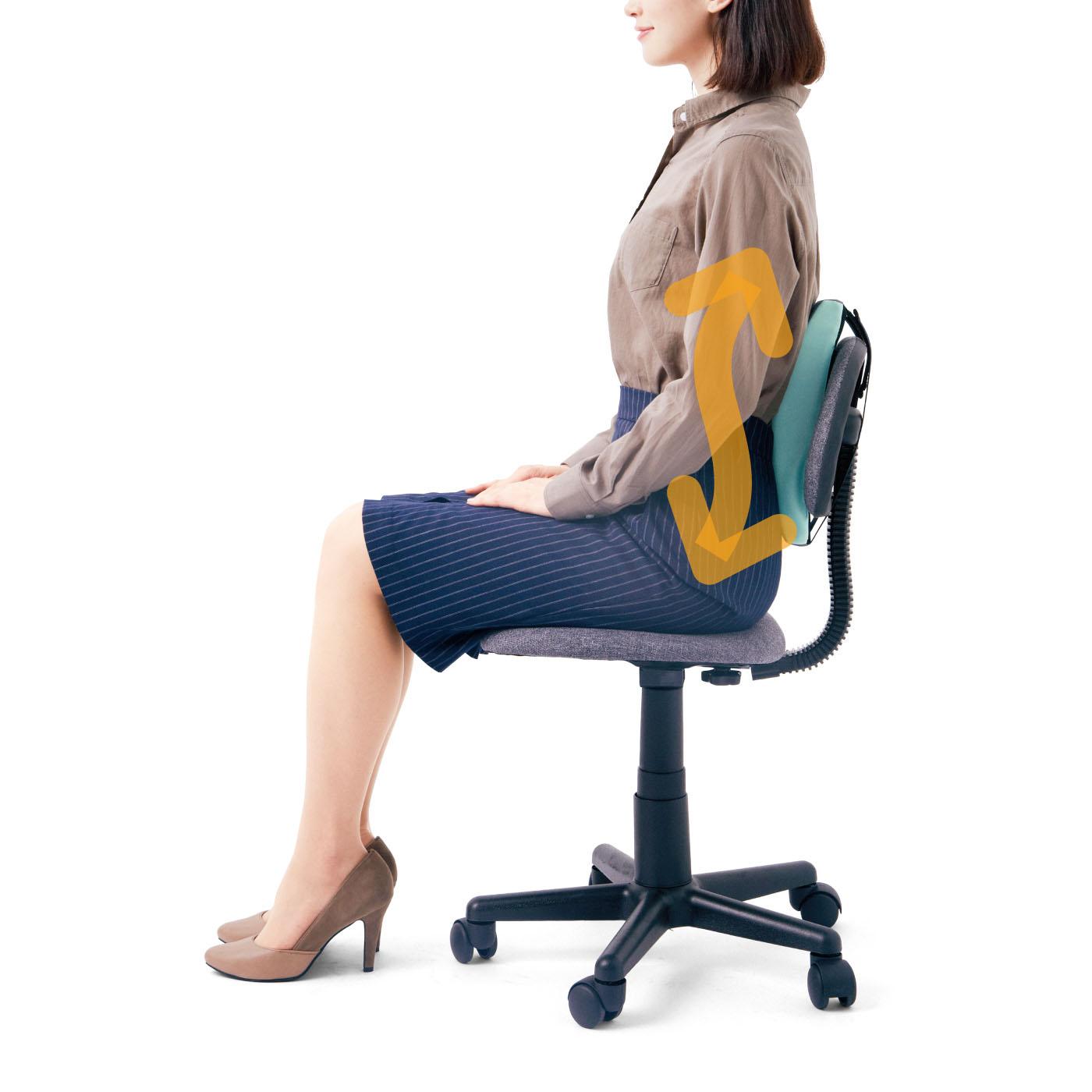 座るだけで、自然と背中がS字カーブを描く正しい姿勢に。